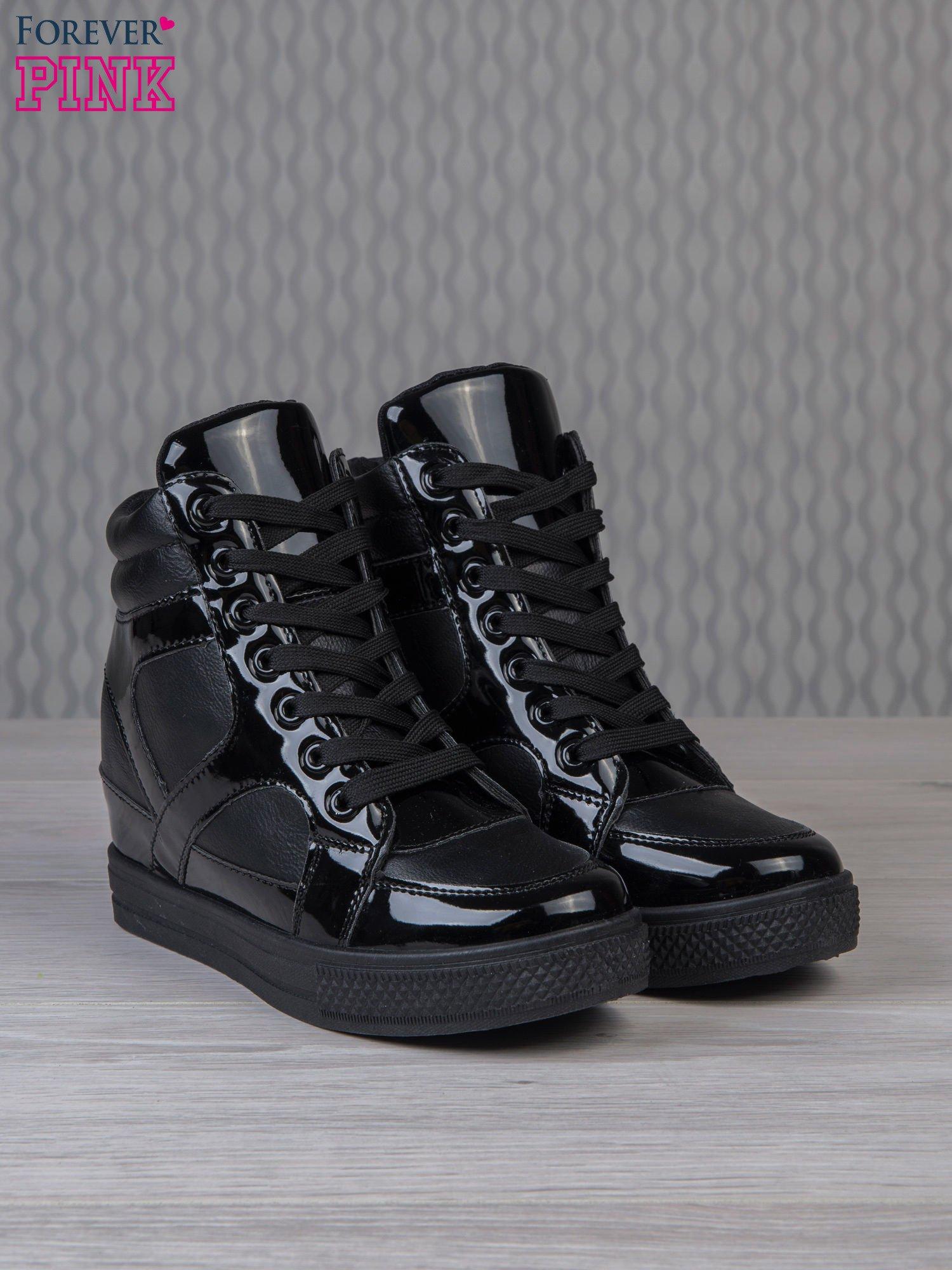 Czarne sneakersy za kostkę z lakierowanymi elementami                                  zdj.                                  3