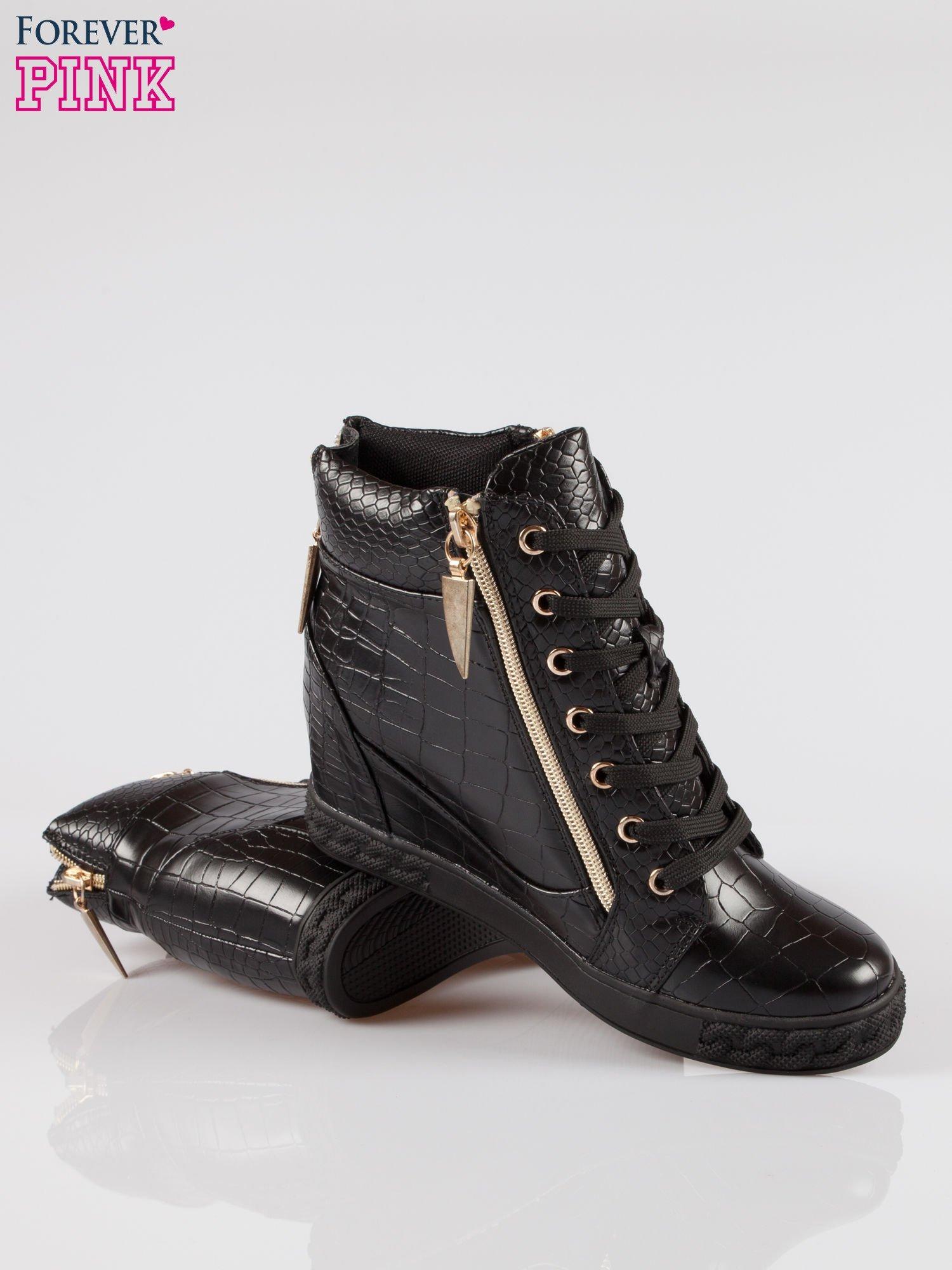 Czarne sneakersy ze skóry tłoczonej w zwierzęce wzory i złotymi suwakami                                  zdj.                                  4