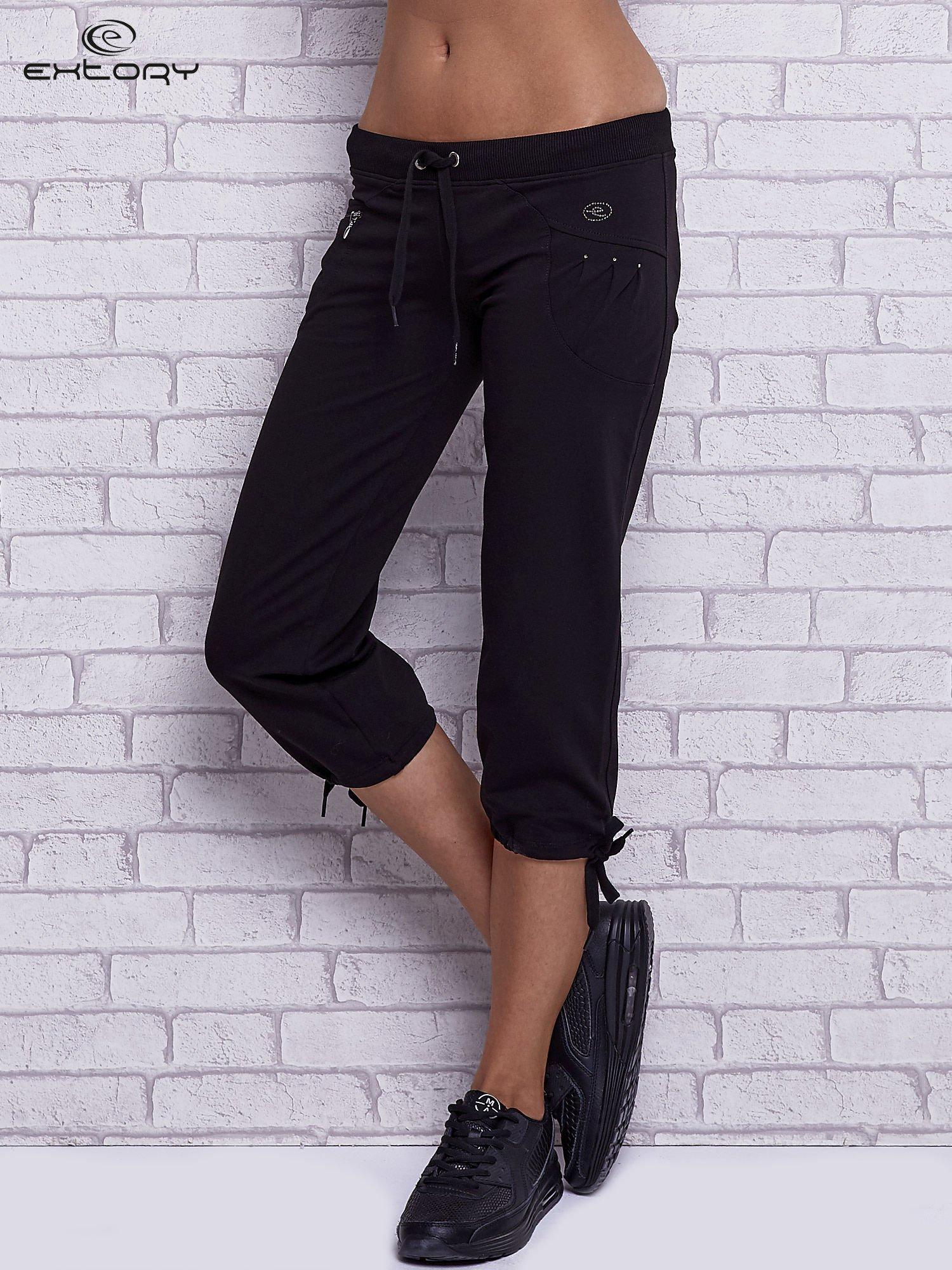 Czarne spodnie capri z boczną kieszonką i dżetami                                  zdj.                                  1