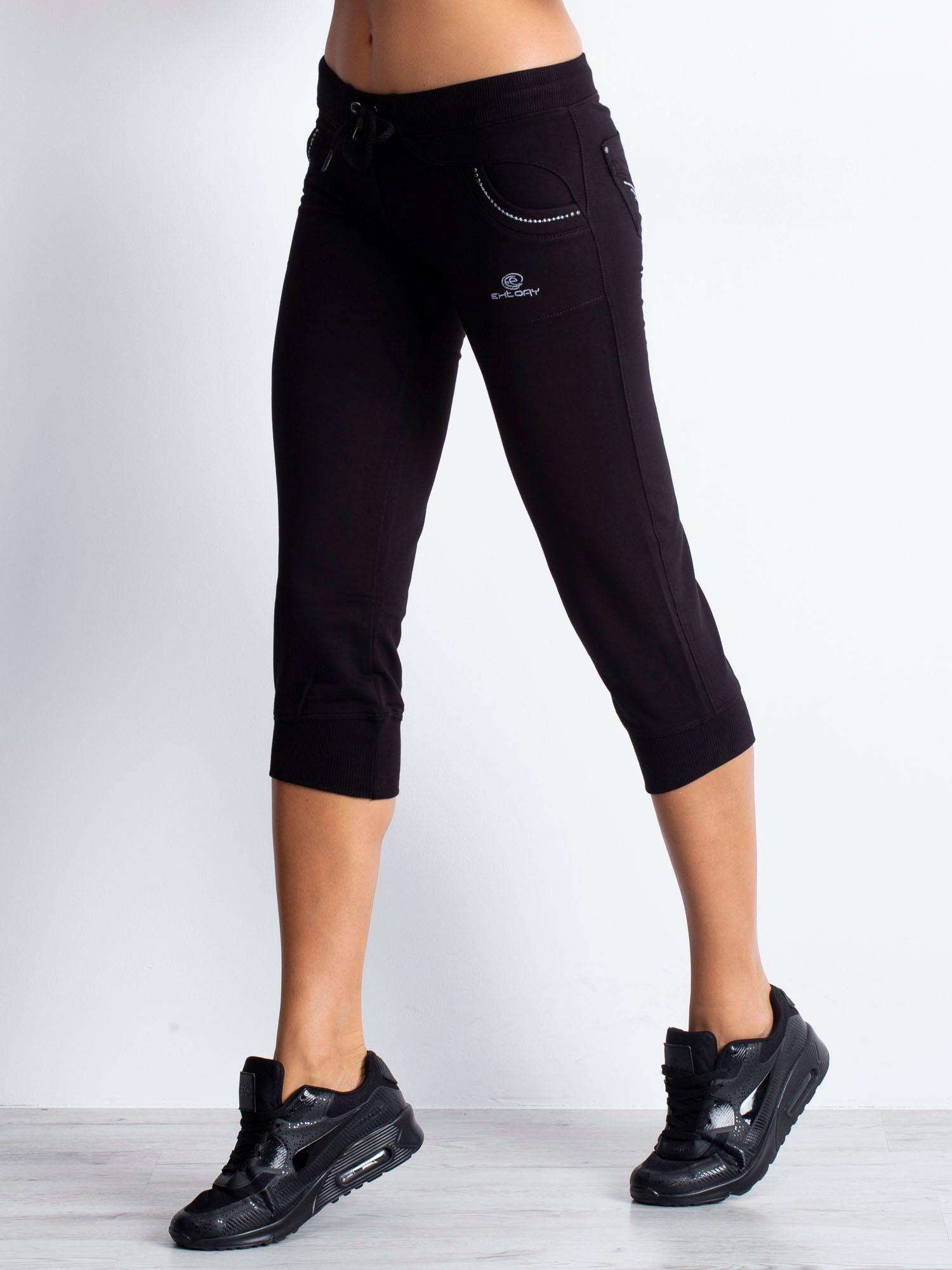 Czarne spodnie capri z dżetami na kieszeniach                                  zdj.                                  4