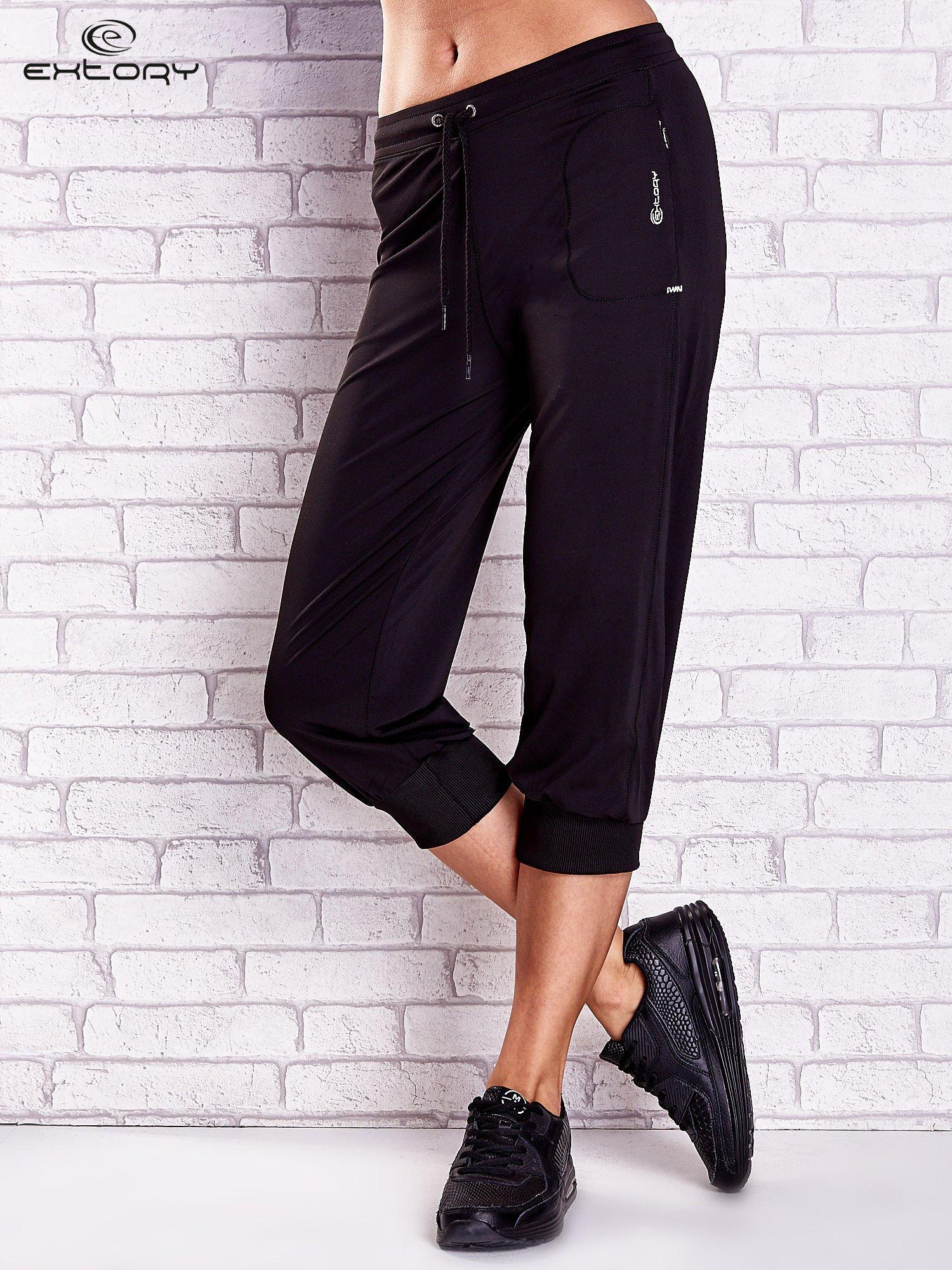 Czarne spodnie capri z kieszonką na suwak z boku                                  zdj.                                  1