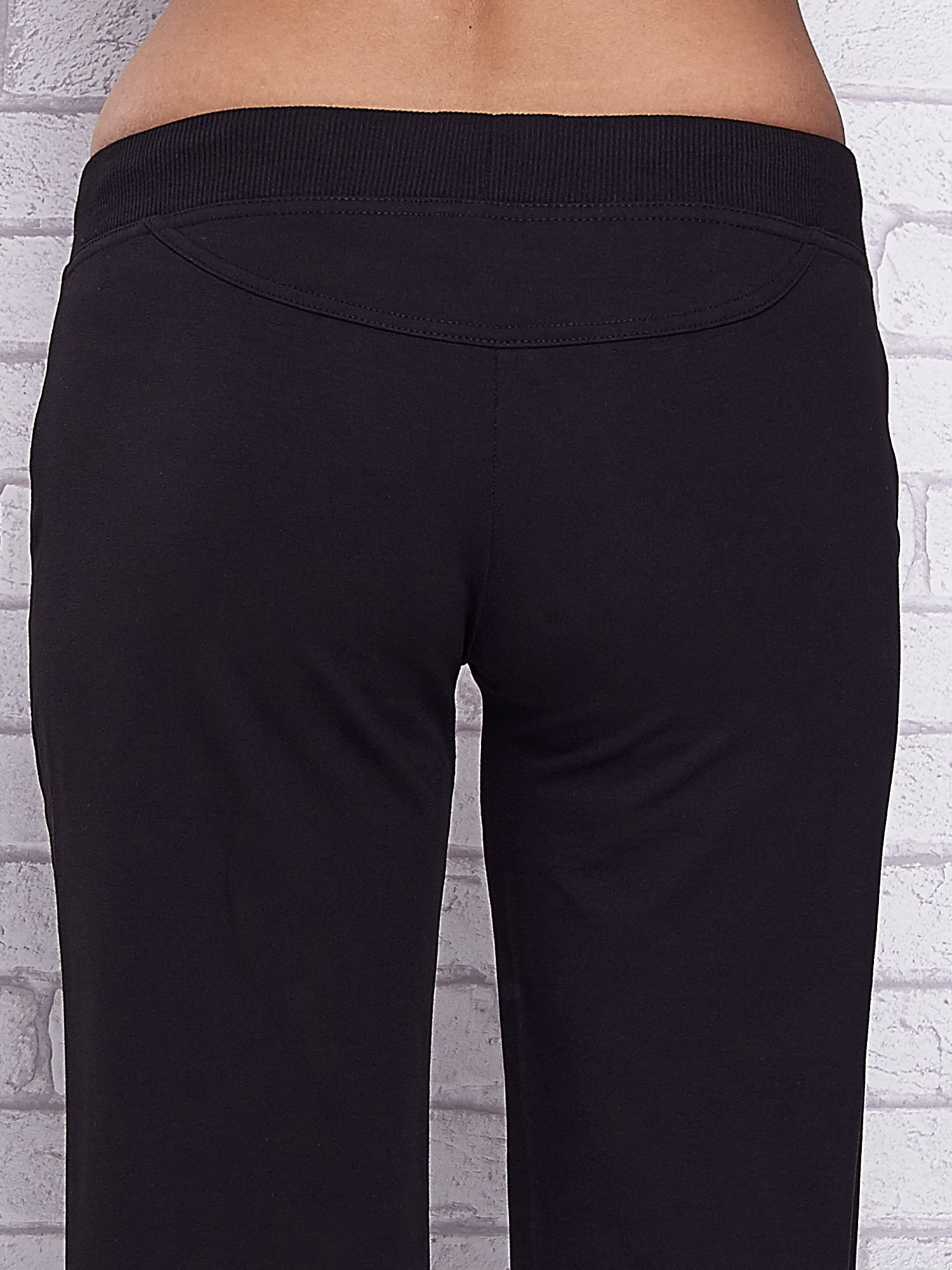 Czarne spodnie capri z troczkami w pasie                                  zdj.                                  6
