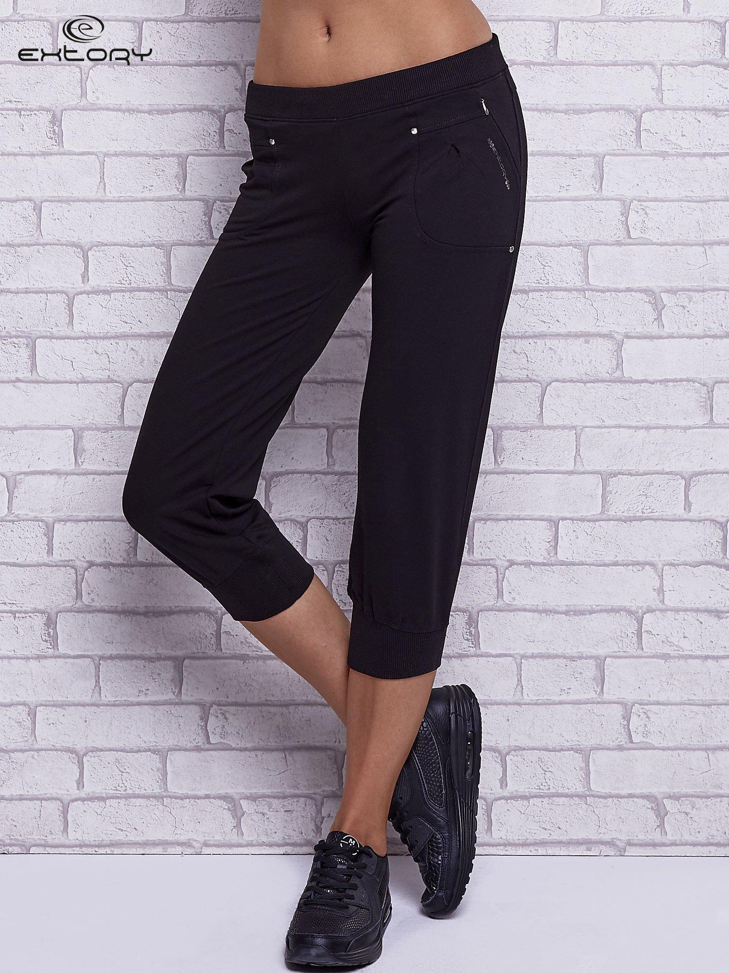 Czarne spodnie capri z wszytymi kieszeniami                                   zdj.                                  1