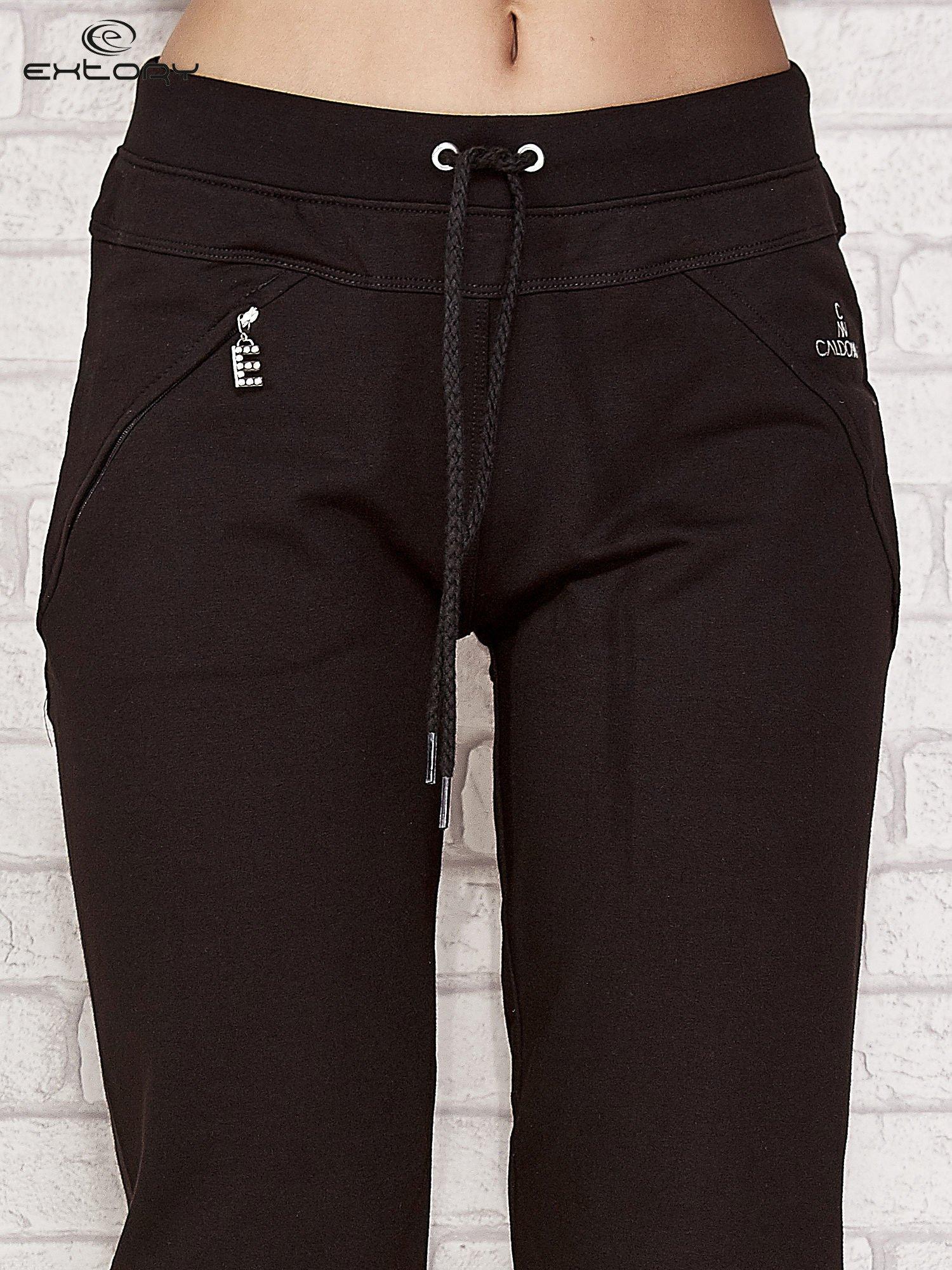 Czarne spodnie dresowe capri z kieszonką                                  zdj.                                  4