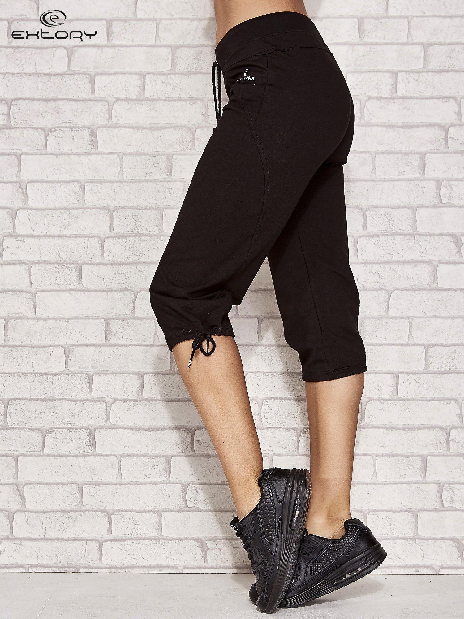 Czarne spodnie dresowe capri z kieszonką                                  zdj.                                  2
