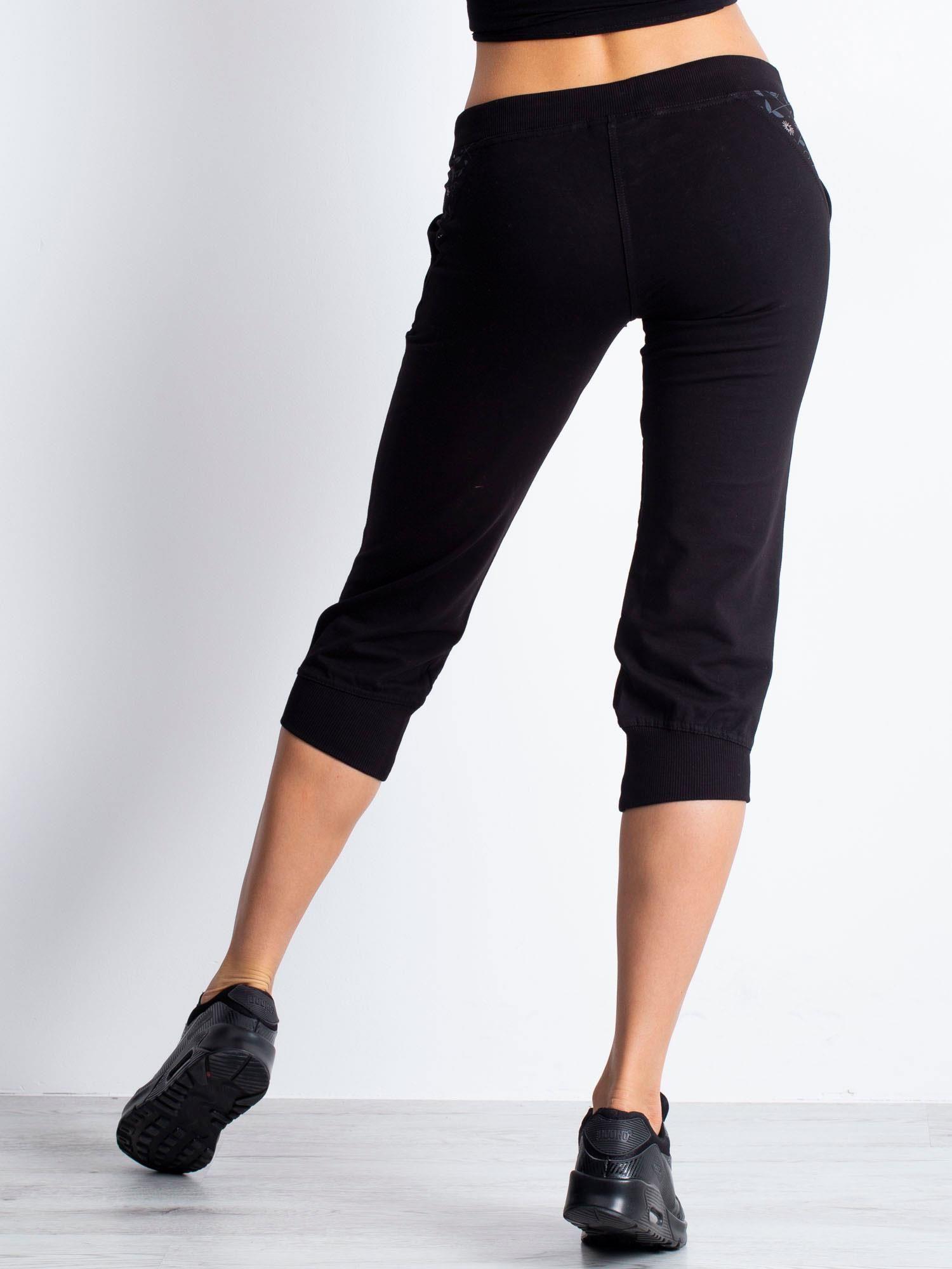 Czarne spodnie dresowe capri z kwiatowymi kieszeniami                                  zdj.                                  5