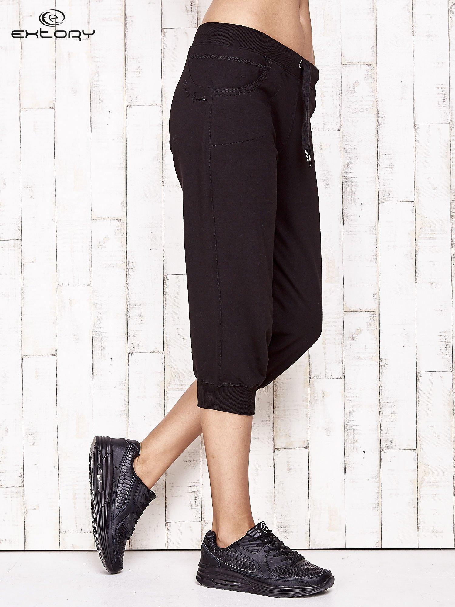 Czarne spodnie dresowe capri ze ściągaczami na dole                                  zdj.                                  3