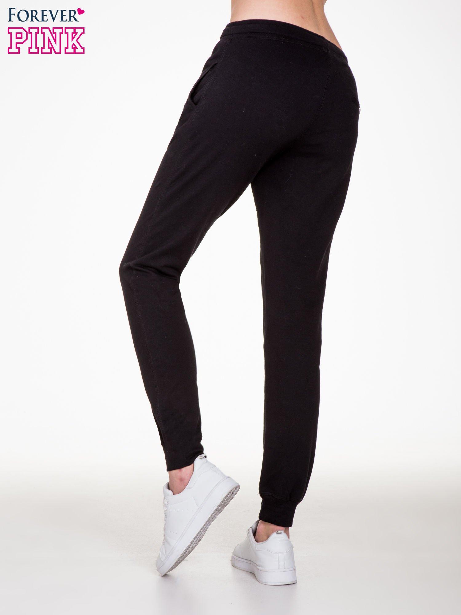 Czarne spodnie dresowe damskie z guziczkami                                  zdj.                                  4