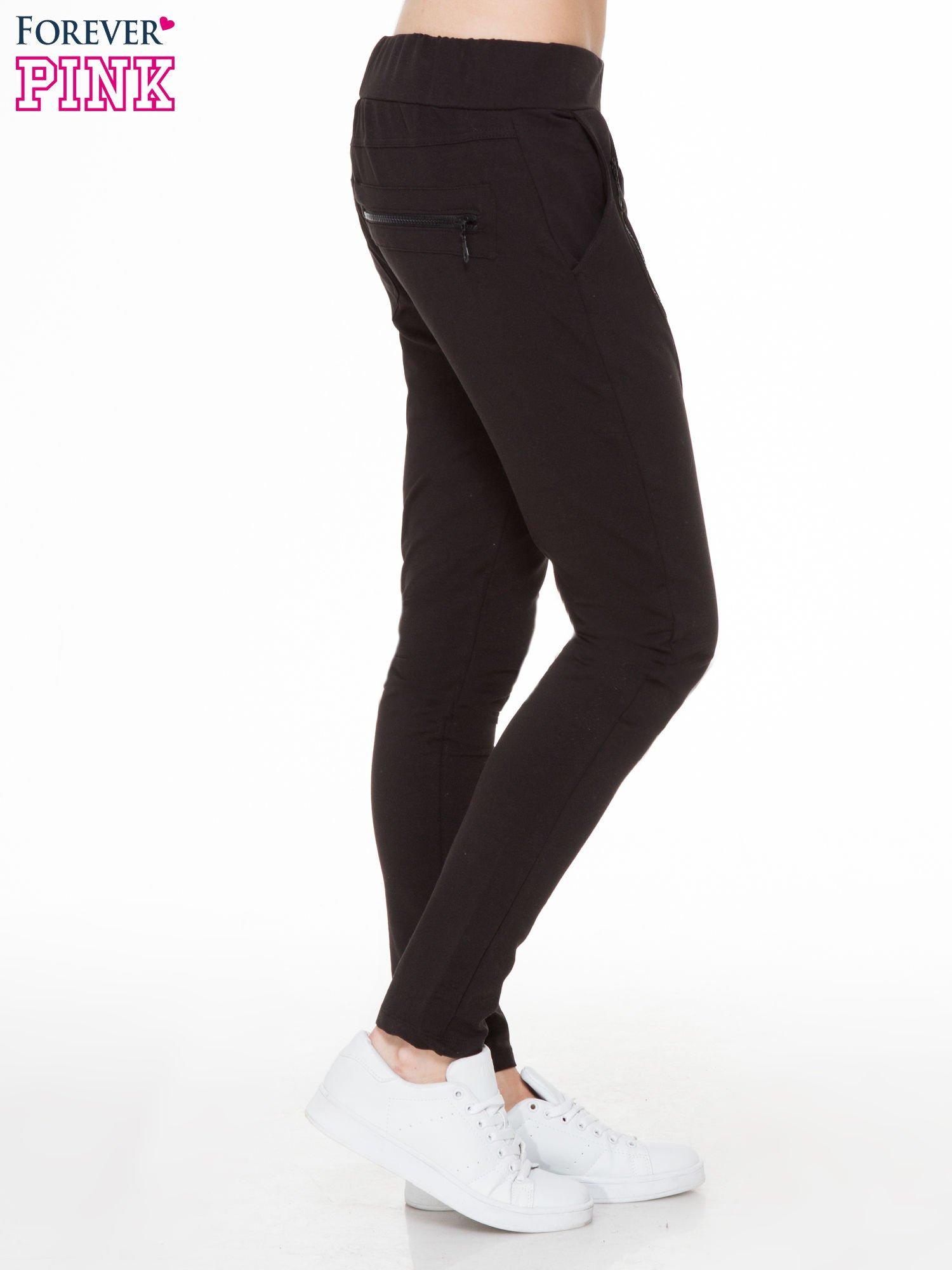 Czarne spodnie dresowe typu baggy z ozdobnym zamkiem                                  zdj.                                  3