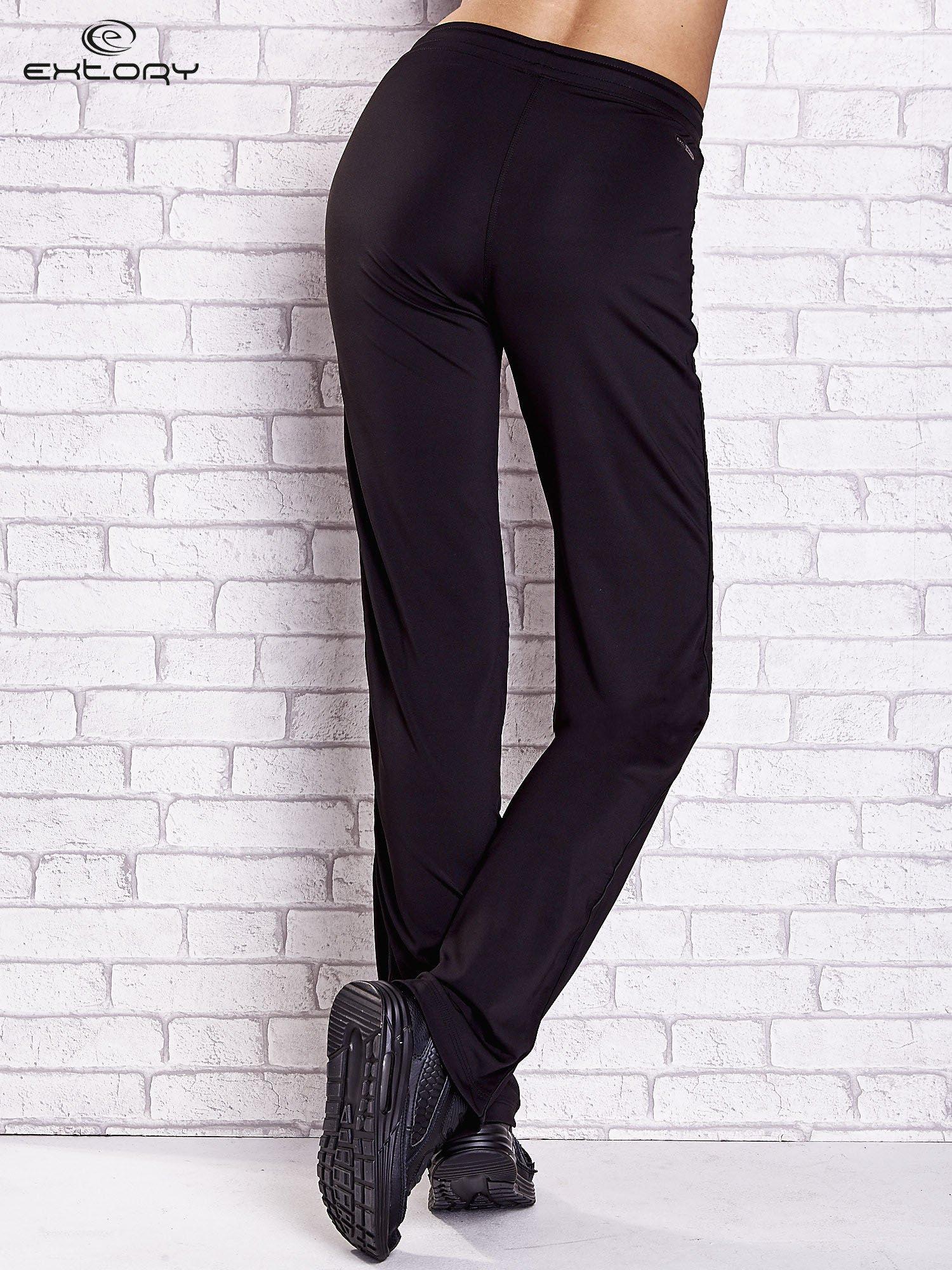 Czarne spodnie dresowe z aplikacjami z dżetów PLUS SIZE                                  zdj.                                  2