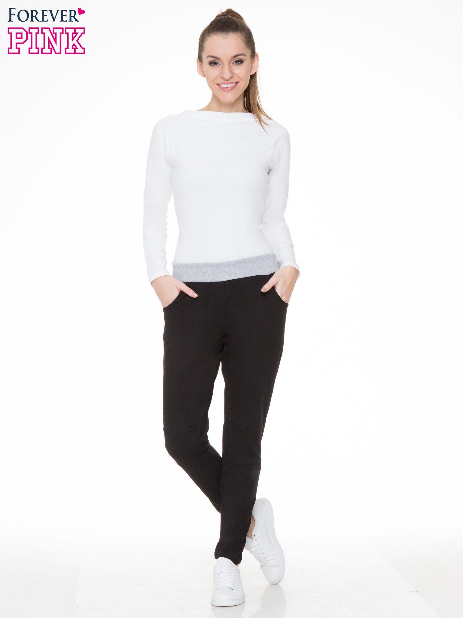 Czarne spodnie dresowe z guziczkami na nogawkach                                  zdj.                                  2