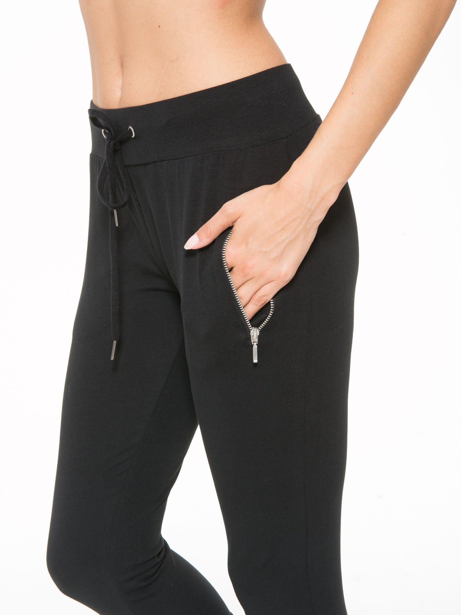 Czarne spodnie dresowe z kieszeniami na zamek                                  zdj.                                  6