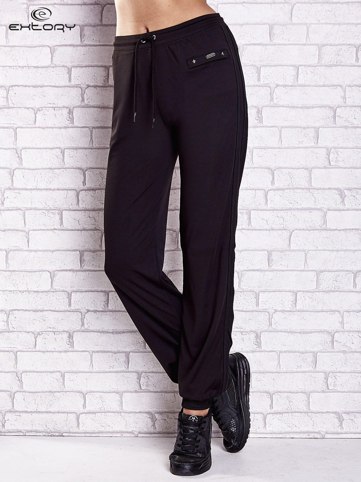 Czarne spodnie dresowe z kieszonką i ściągaczami                                  zdj.                                  1