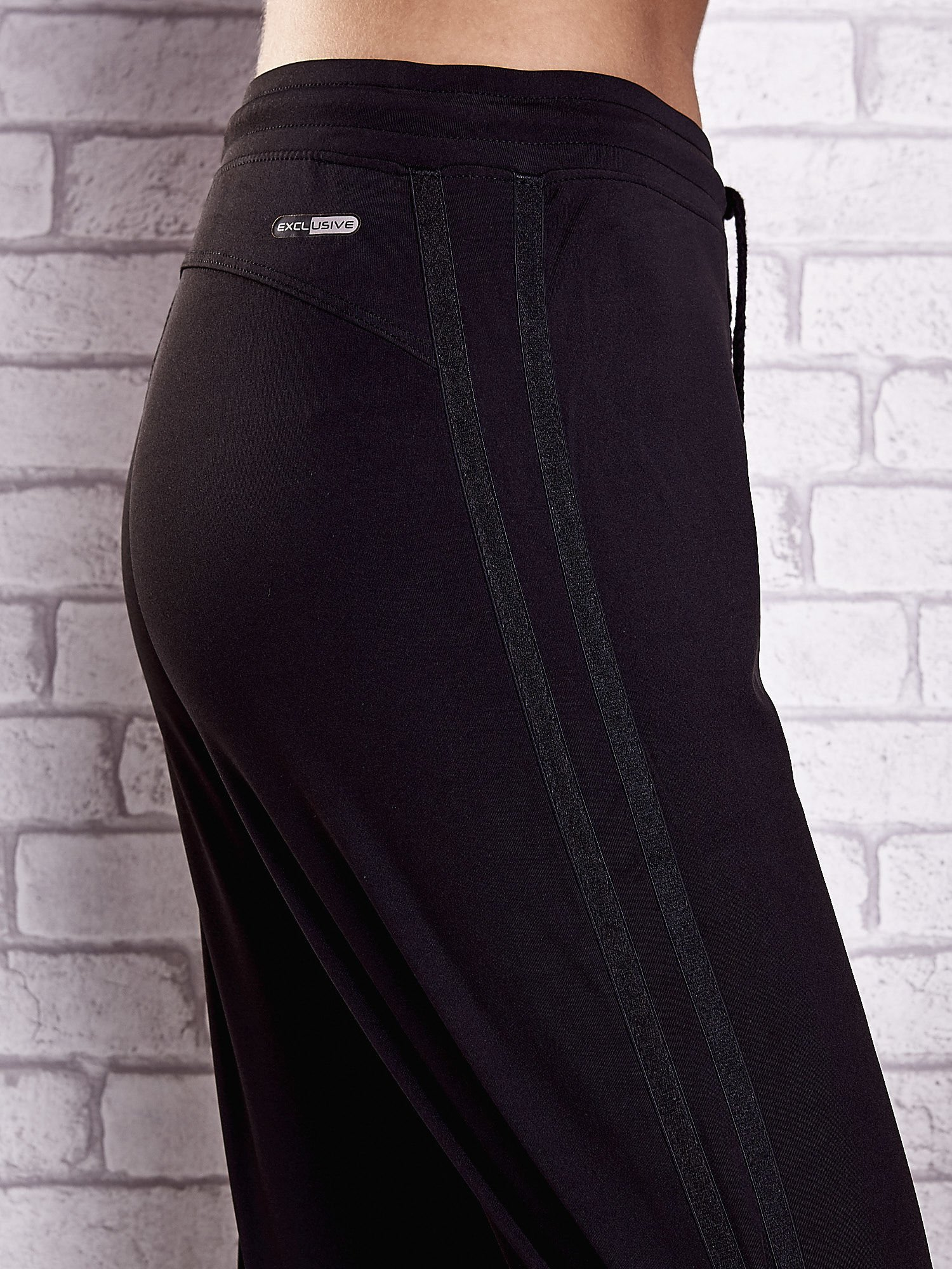 Czarne spodnie dresowe z kieszonką i ściągaczami                                  zdj.                                  5