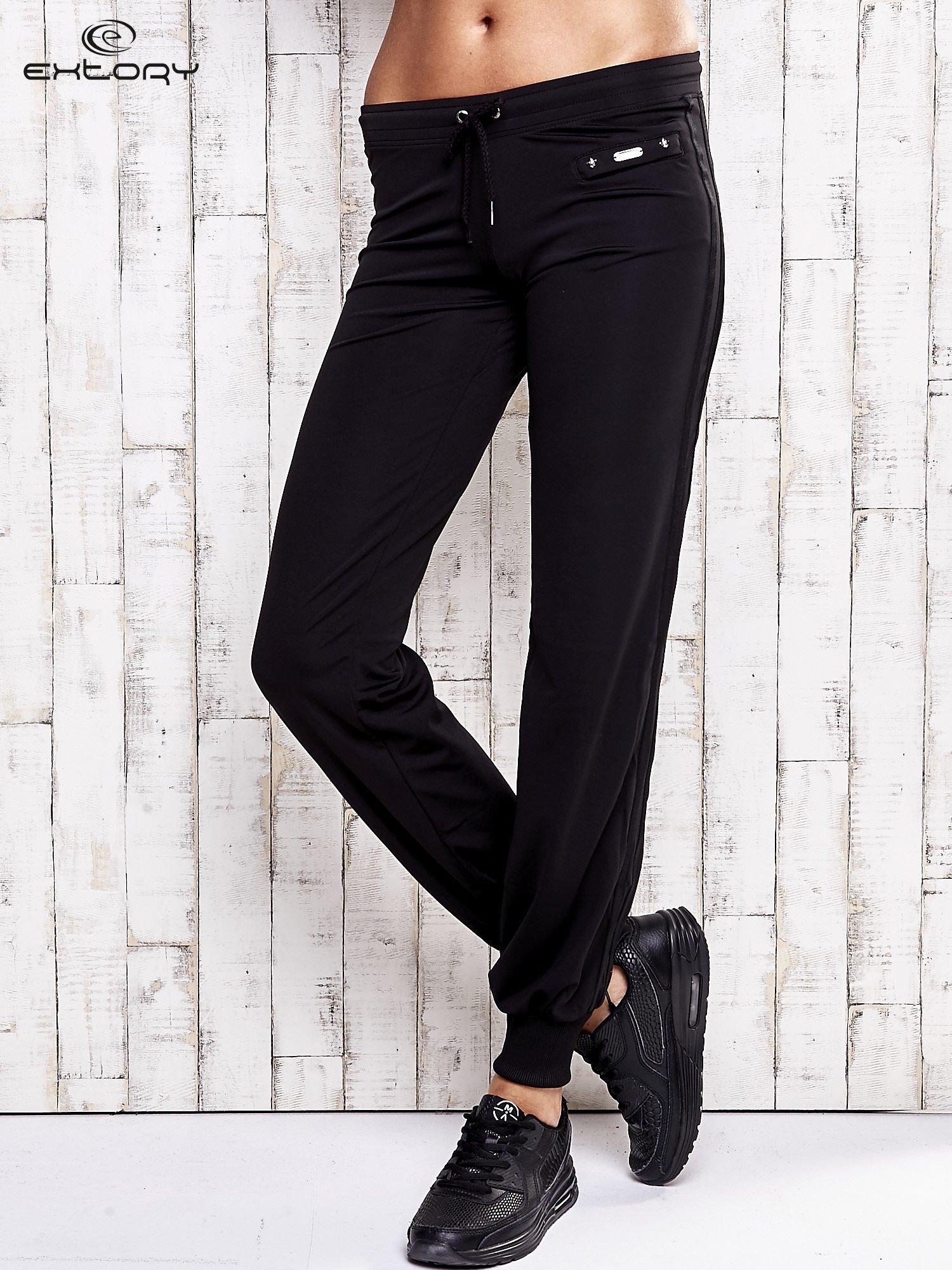 Czarne spodnie dresowe z kieszonką na suwak                                  zdj.                                  1