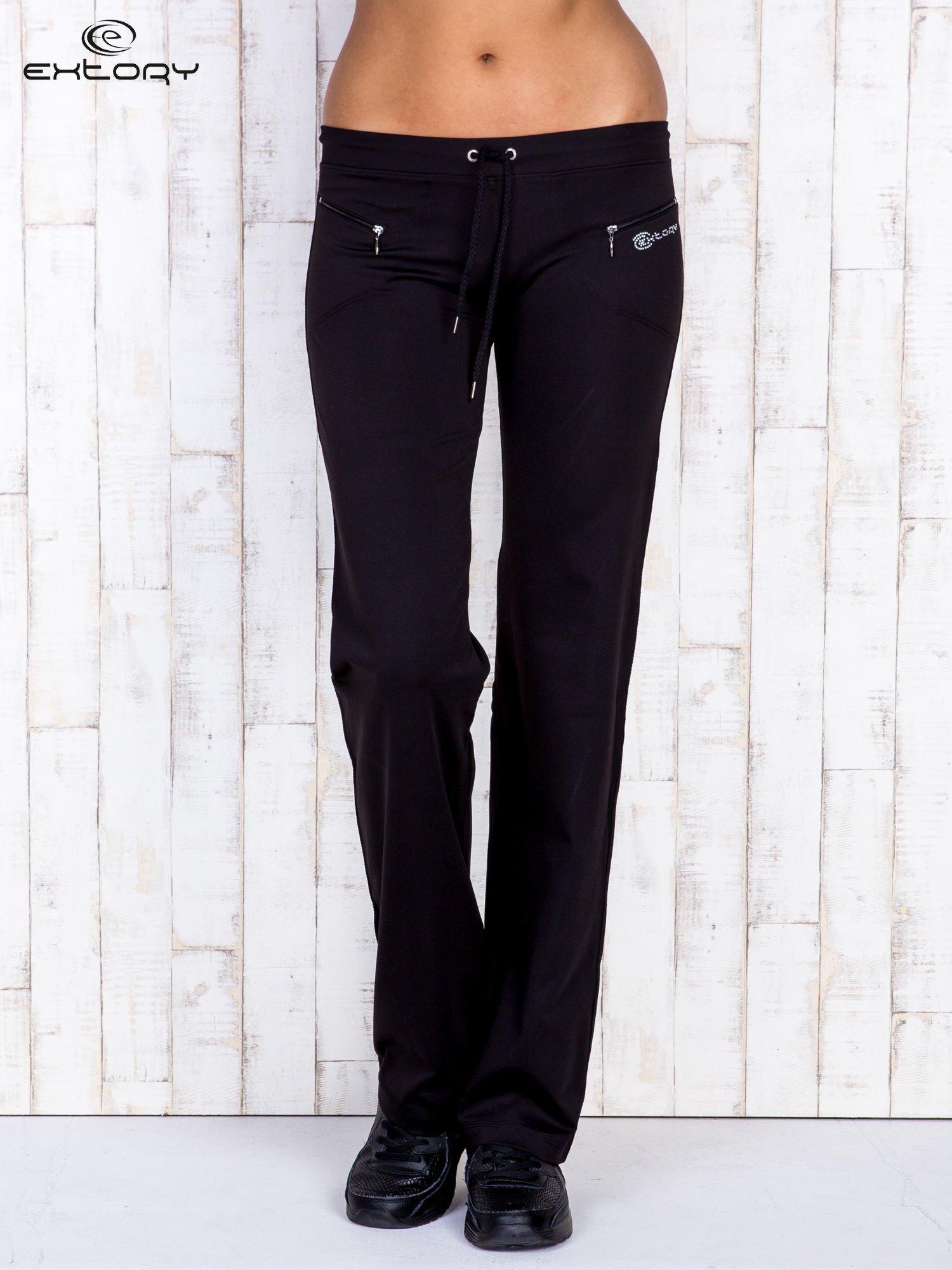 Czarne spodnie dresowe z kieszonkami i dżetami                                  zdj.                                  1