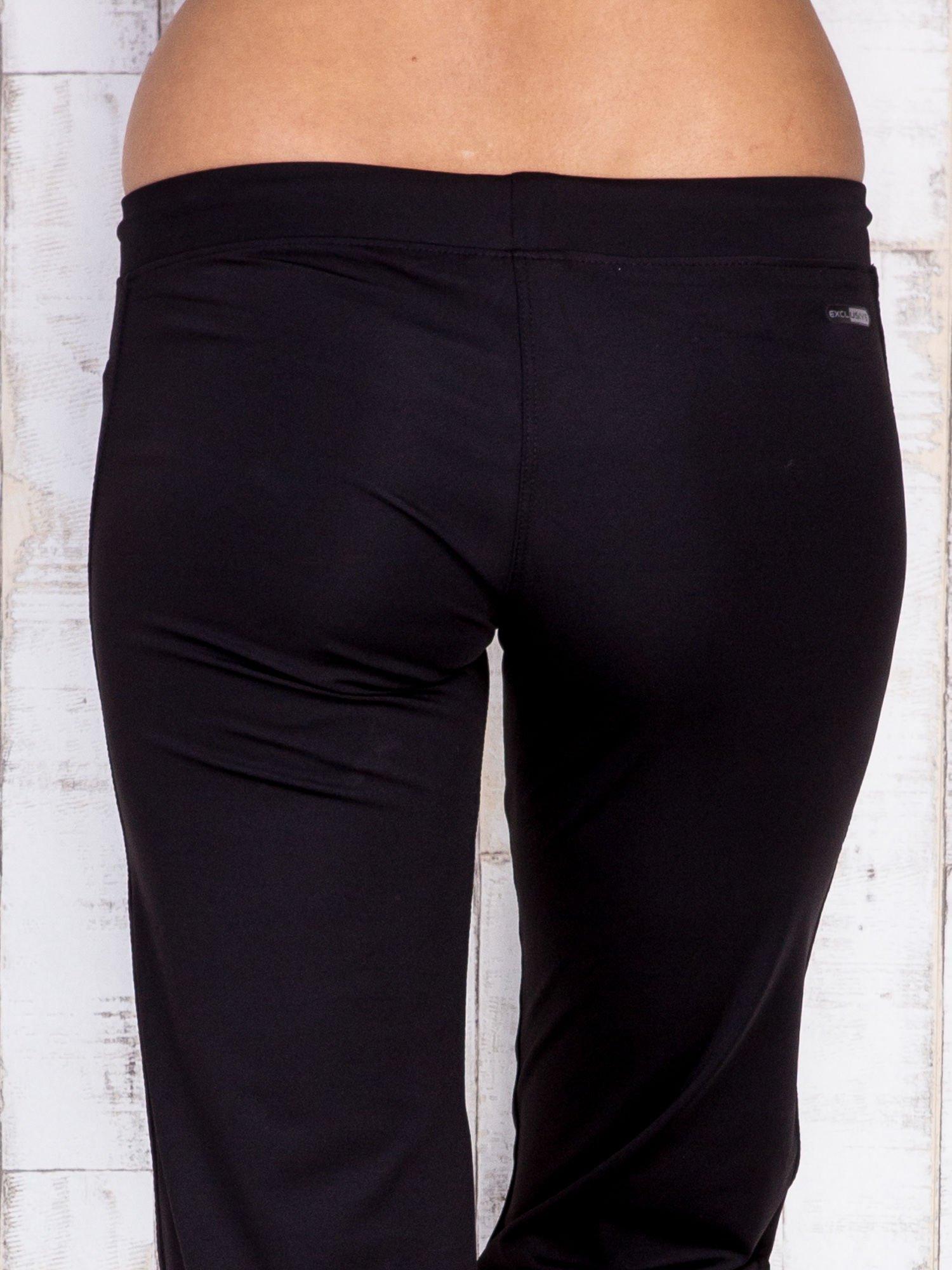 Czarne spodnie dresowe z kieszonkami i dżetami                                  zdj.                                  5