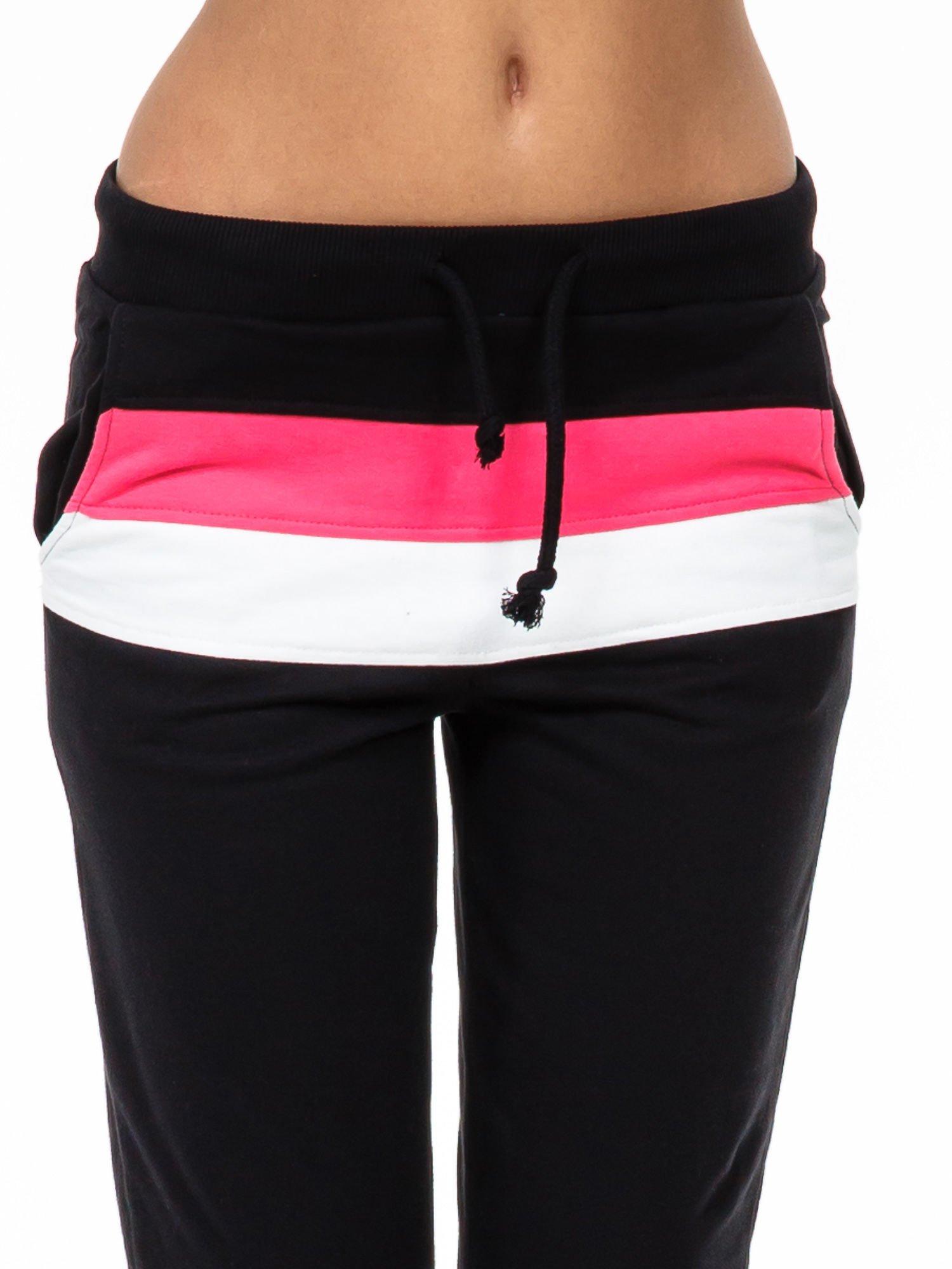 Czarne spodnie dresowe z kolorową wstawką                                  zdj.                                  5