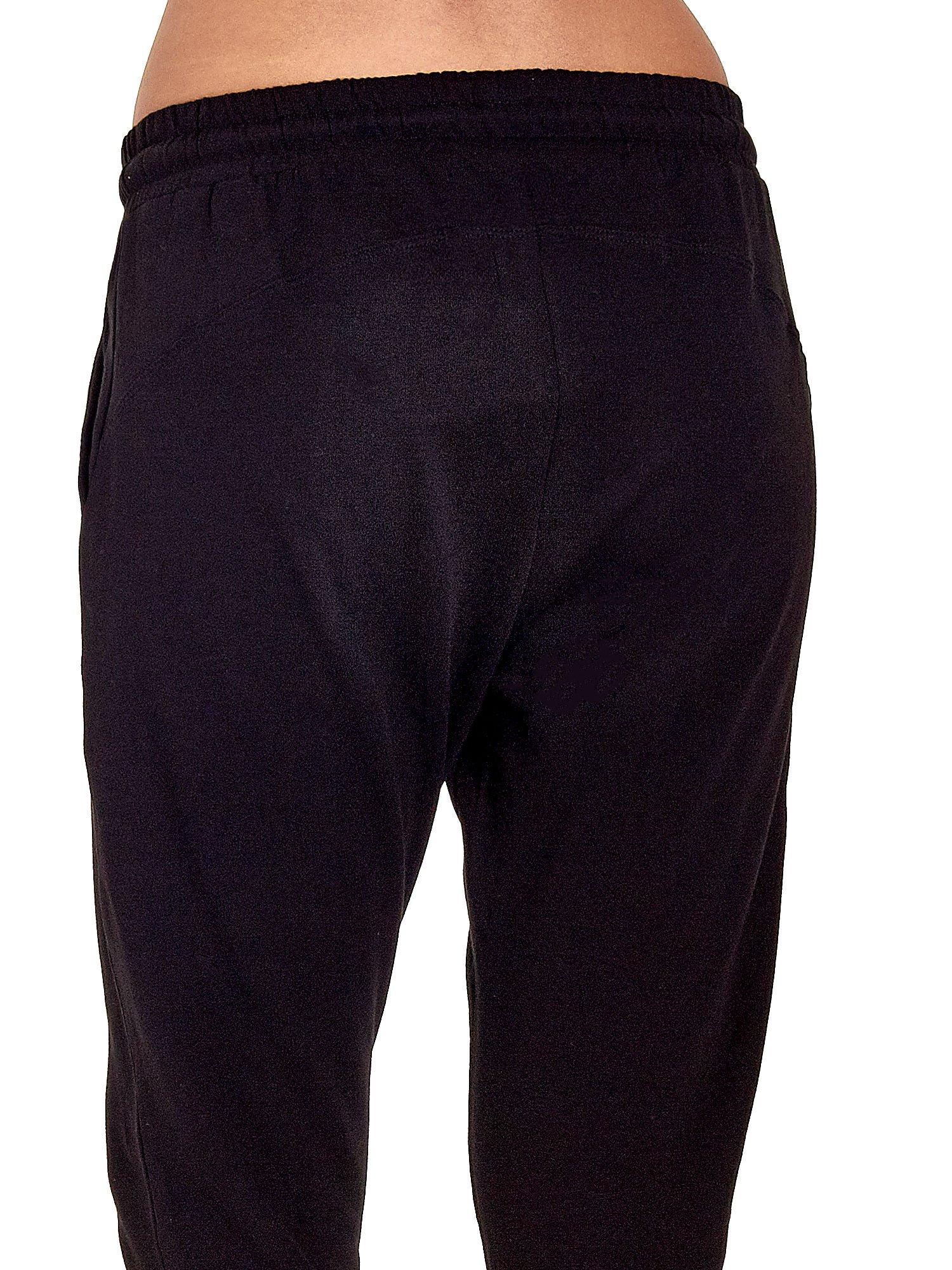 Czarne spodnie dresowe z powijaną nogawką                                  zdj.                                  6