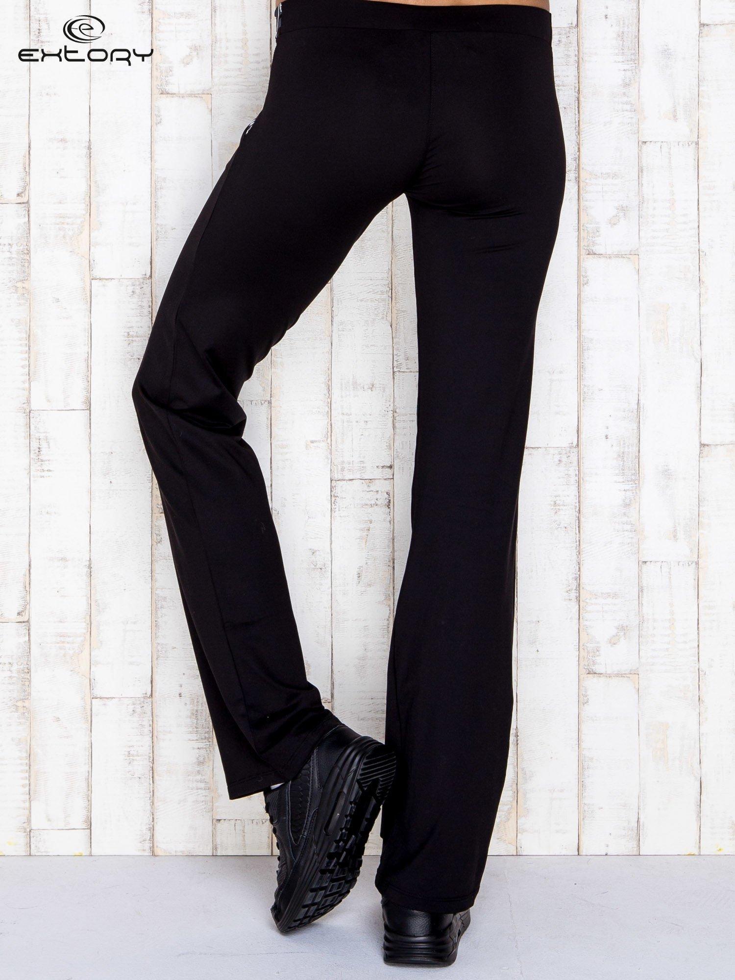 Czarne spodnie dresowe z srebrnymi wstawkami                                  zdj.                                  2