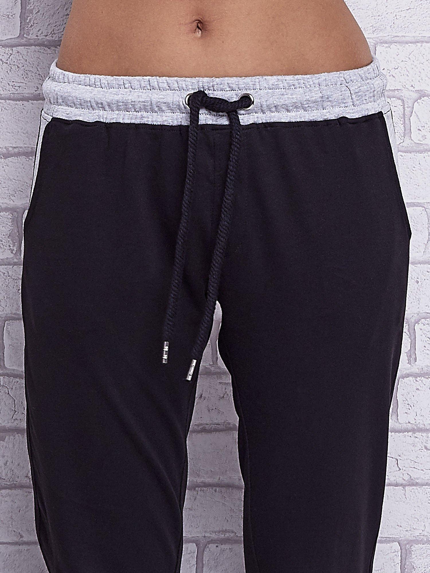 Czarne spodnie dresowe z szarymi wstawkami                                  zdj.                                  4
