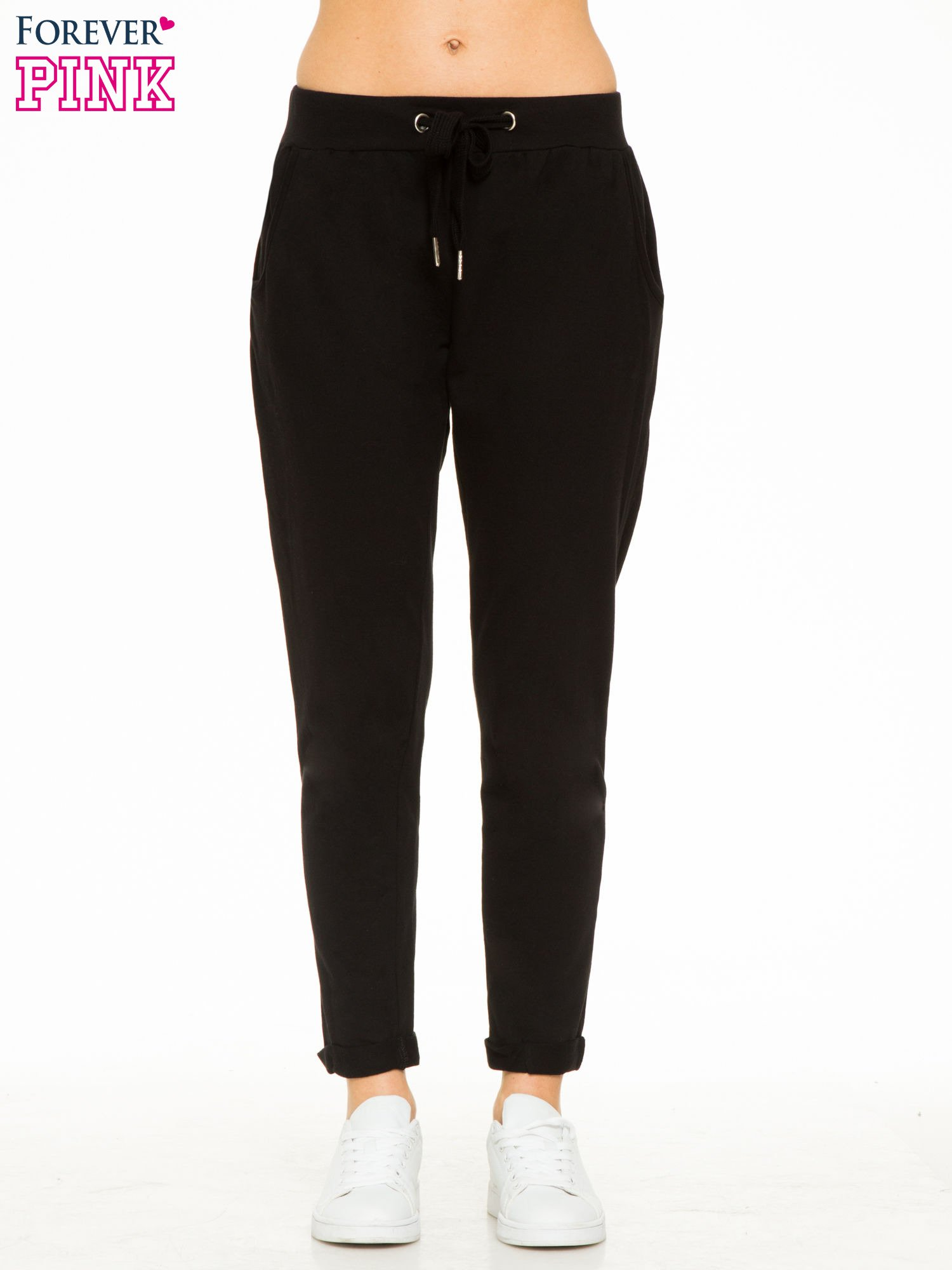 Czarne spodnie dresowe z wywijanymi nogawkami                                  zdj.                                  1