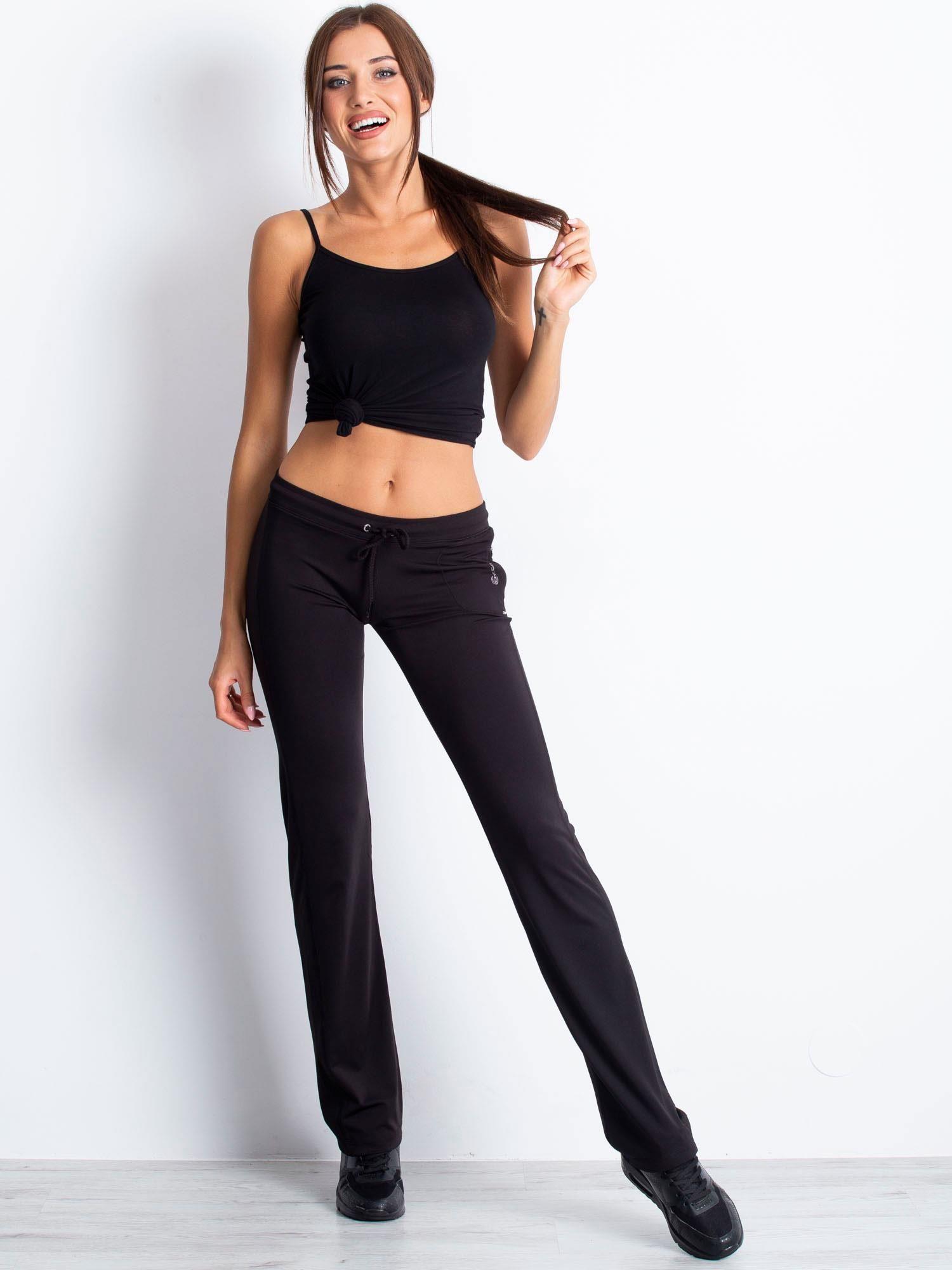 Czarne spodnie dresowe ze sznureczkiem i wszytą kieszenią                                  zdj.                                  4
