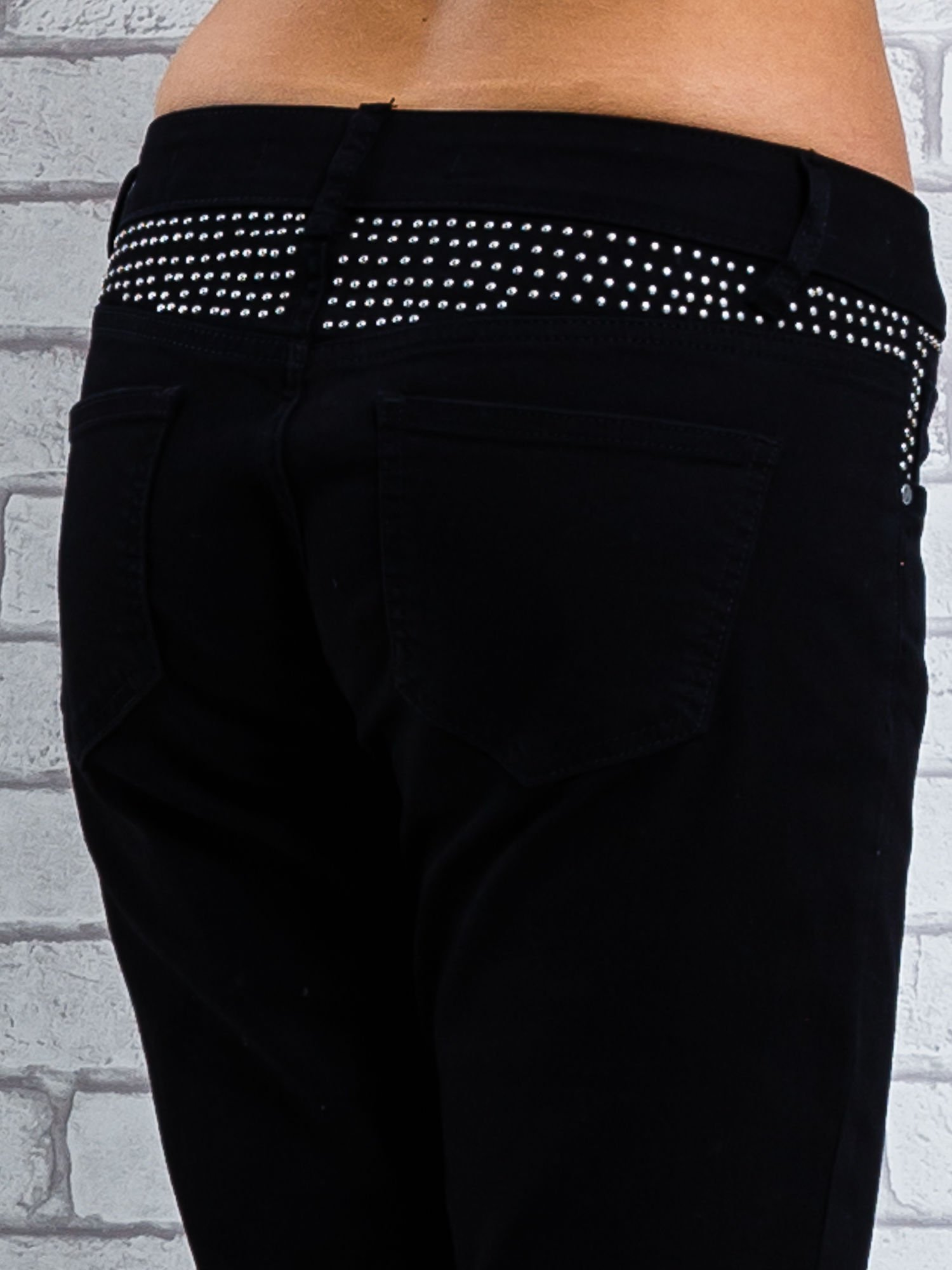 Czarne spodnie regular jeans z dżetami w pasie                                  zdj.                                  6