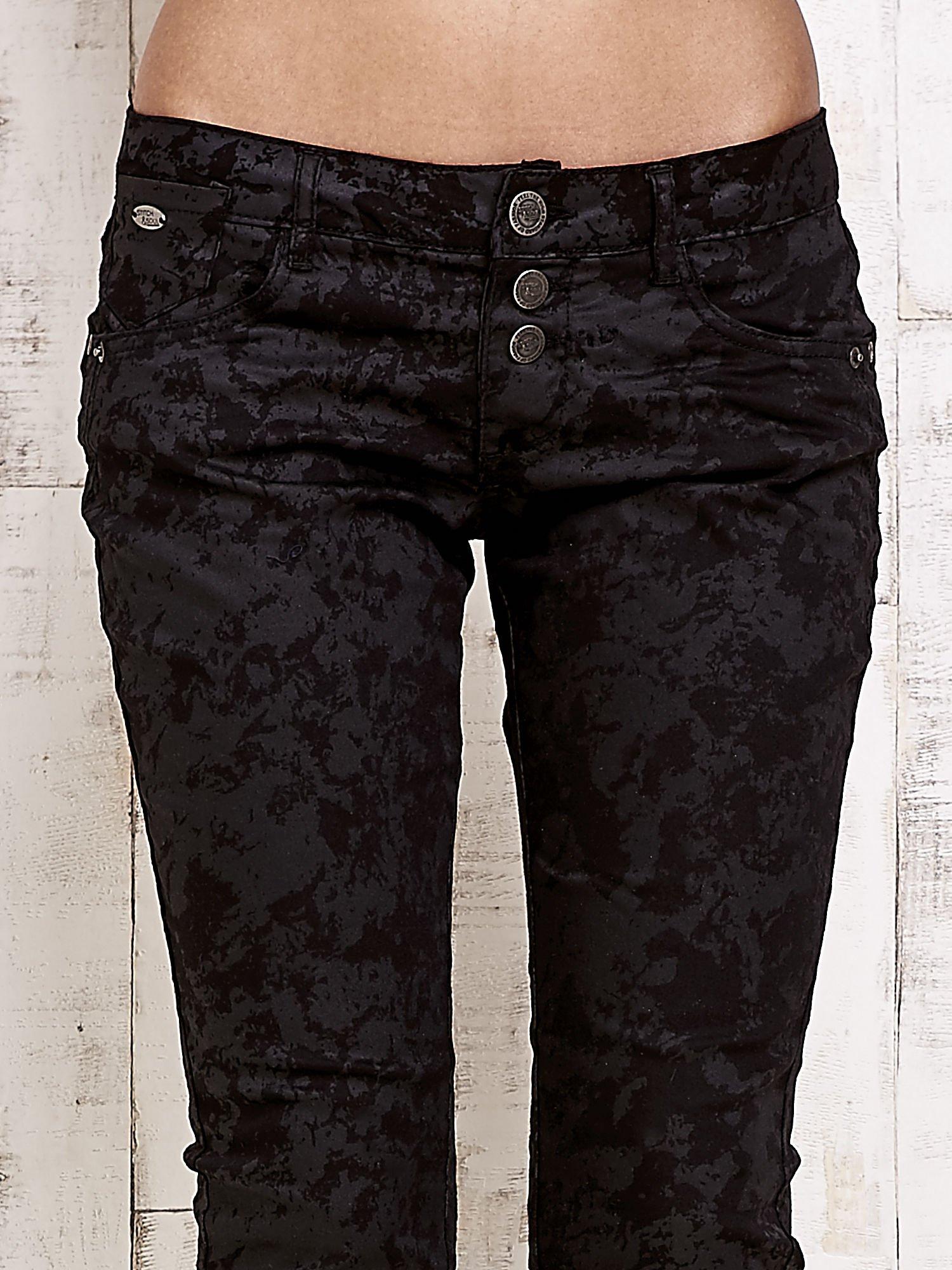 Czarne spodnie rurki we wzór abstract                                  zdj.                                  4