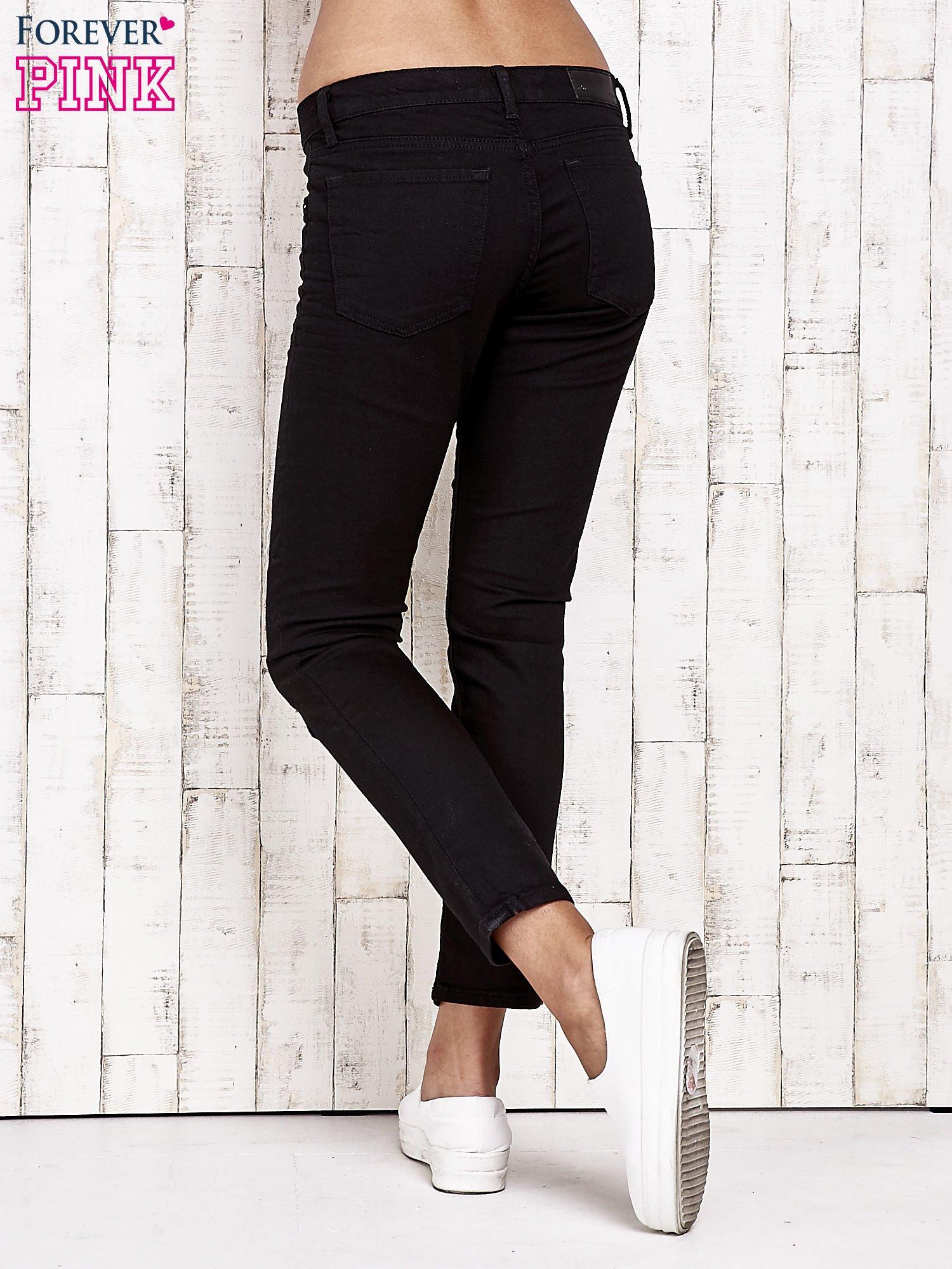 Czarne spodnie rurki z naszywkami                                  zdj.                                  3