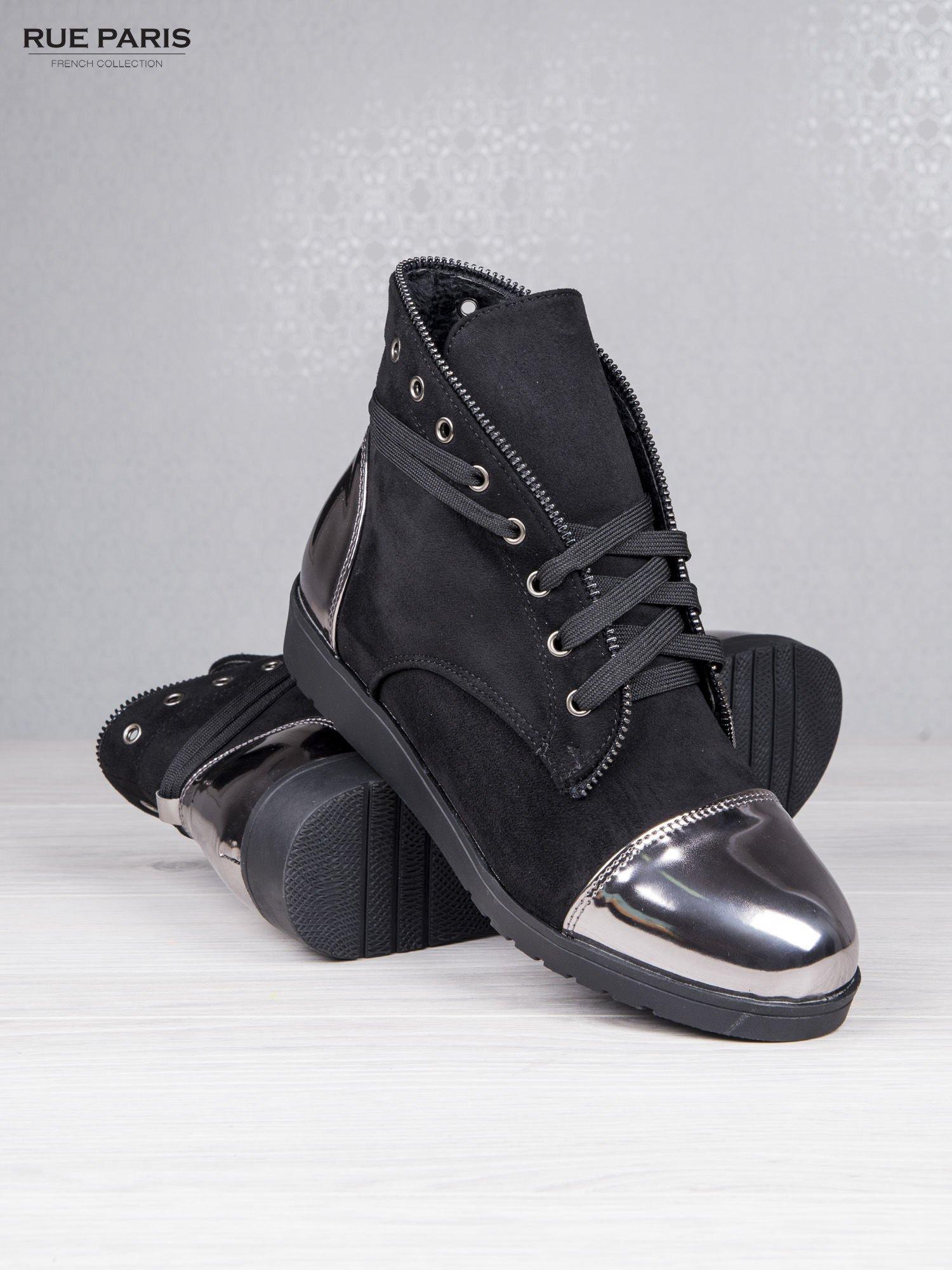 Czarne zamszowe sneakersy Alanza z ozdobnym suwakiem i lustrzanymi wstawkami                                  zdj.                                  4