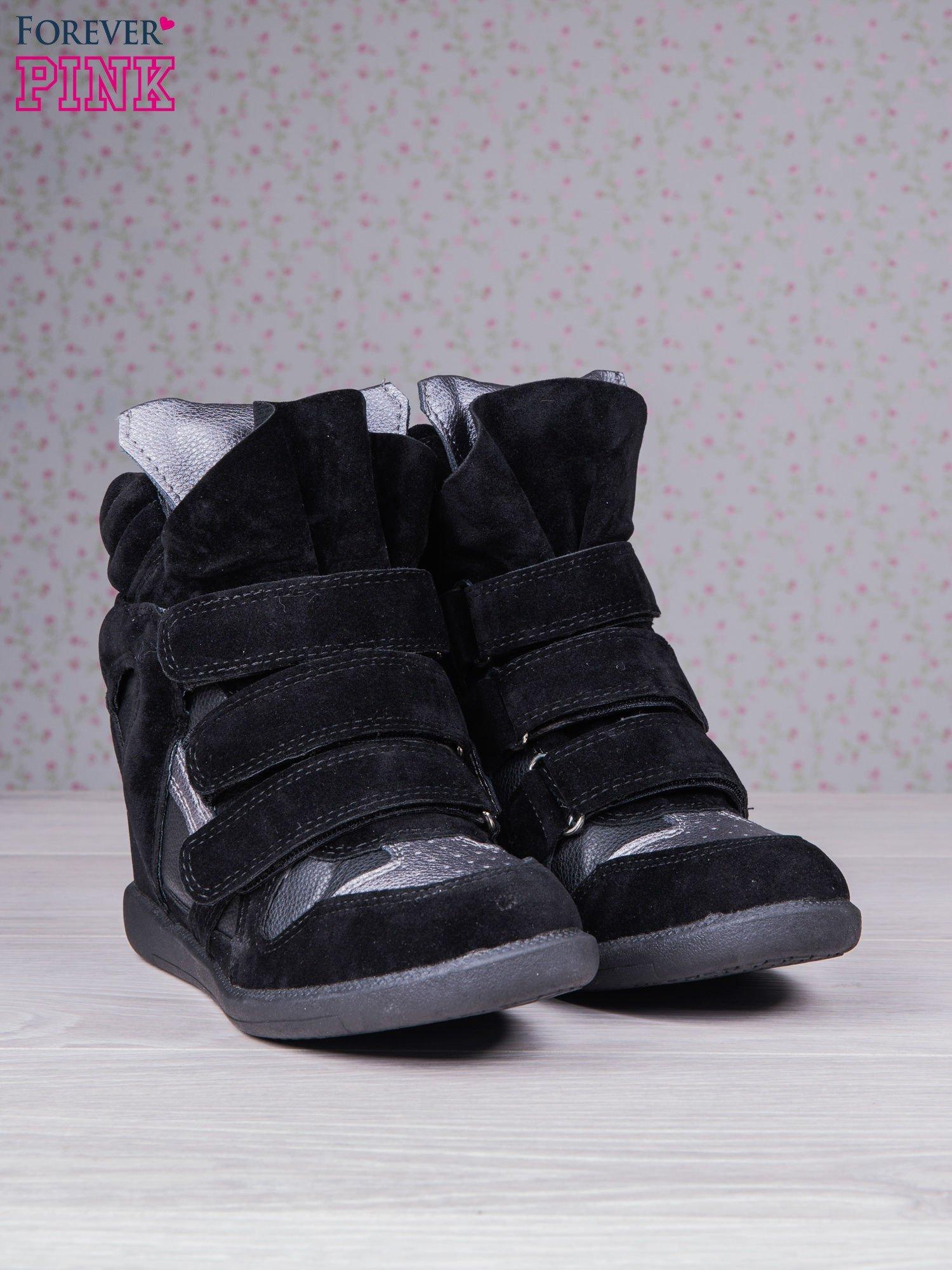 Czarne zamszowe sneakersy na rzepy  Axis z wstawkami                                  zdj.                                  3