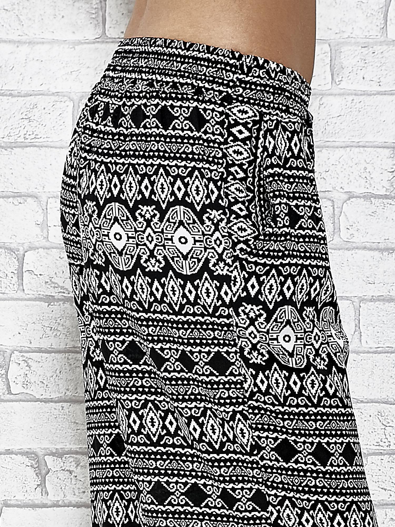 Czarne zwiewne spodnie alladynki we wzór aztecki                                  zdj.                                  6