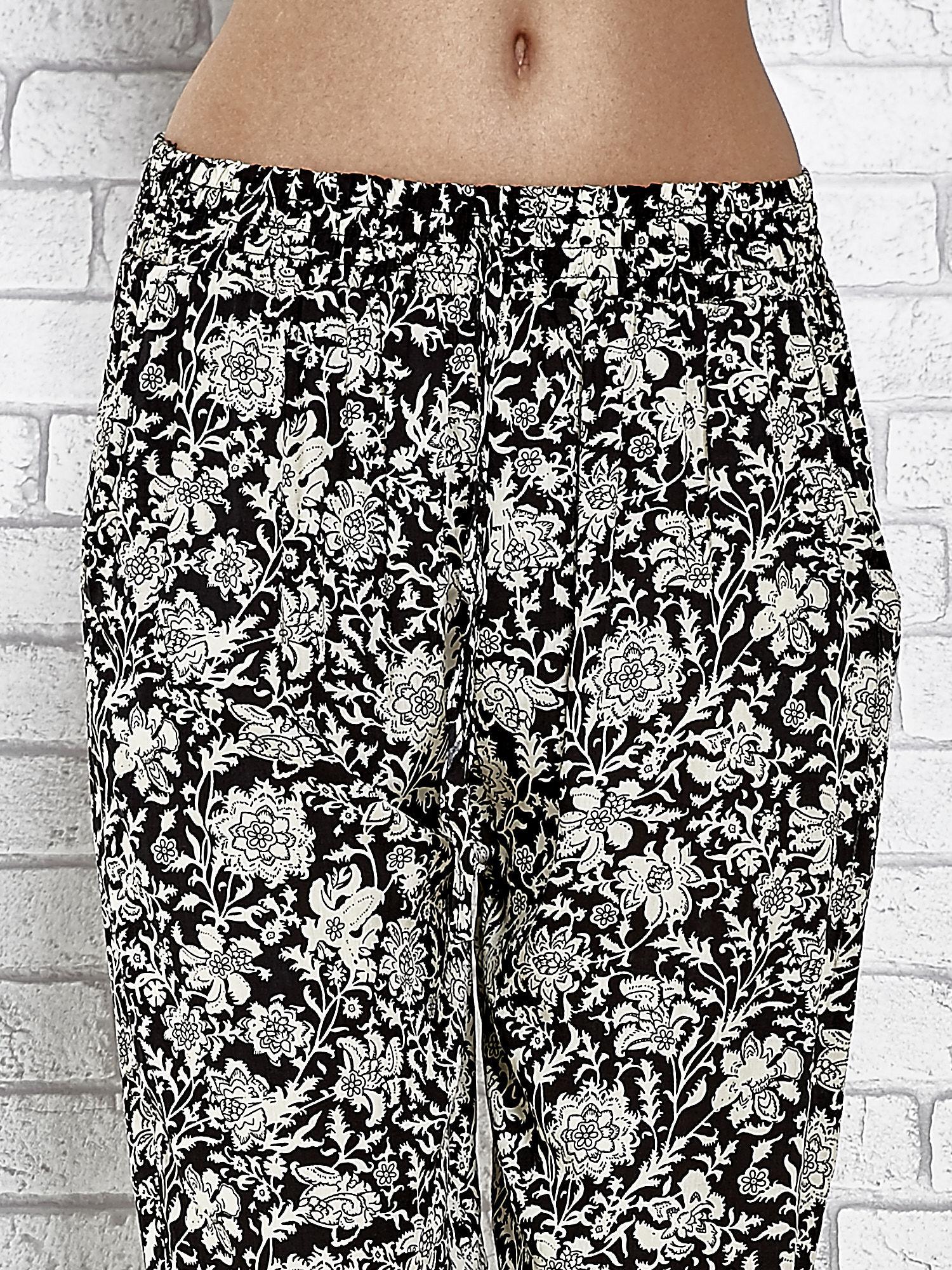 Czarne zwiewne spodnie alladynki we wzór kwiatków                                  zdj.                                  5