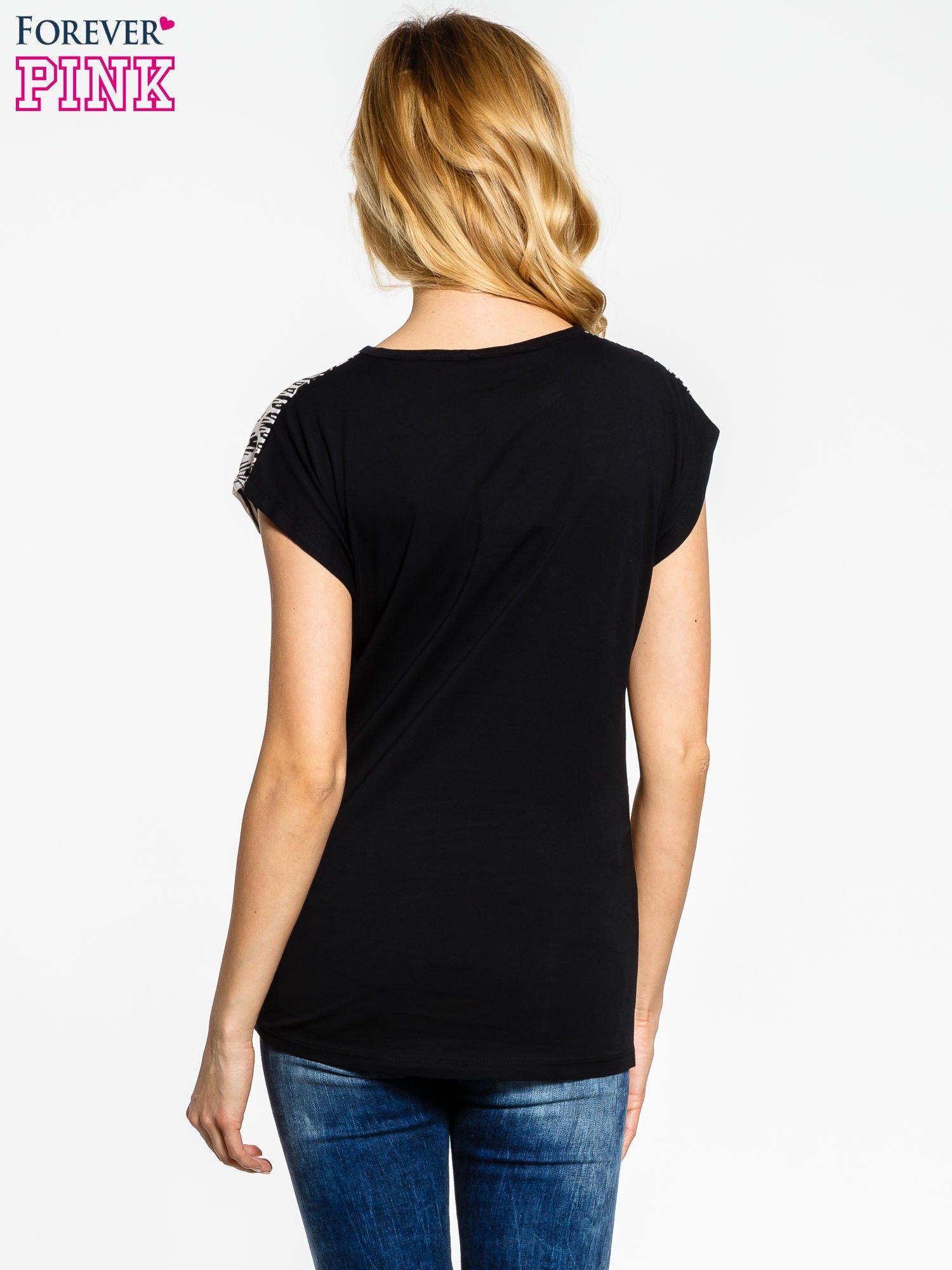Czarno-biały t-shirt z graficznym motywem                                  zdj.                                  4