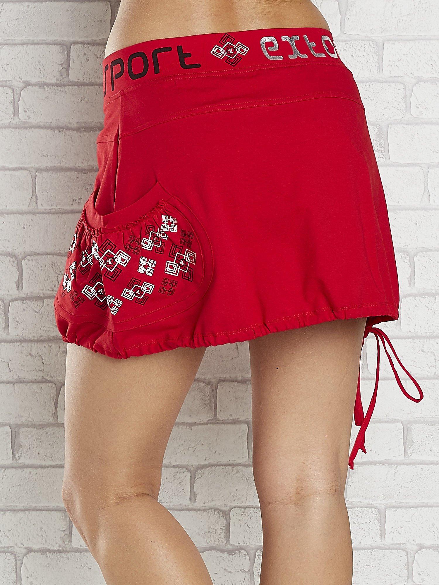 Czarno-czerwona spódnica dresowa z nadrukami i troczkiem na dole                                  zdj.                                  6