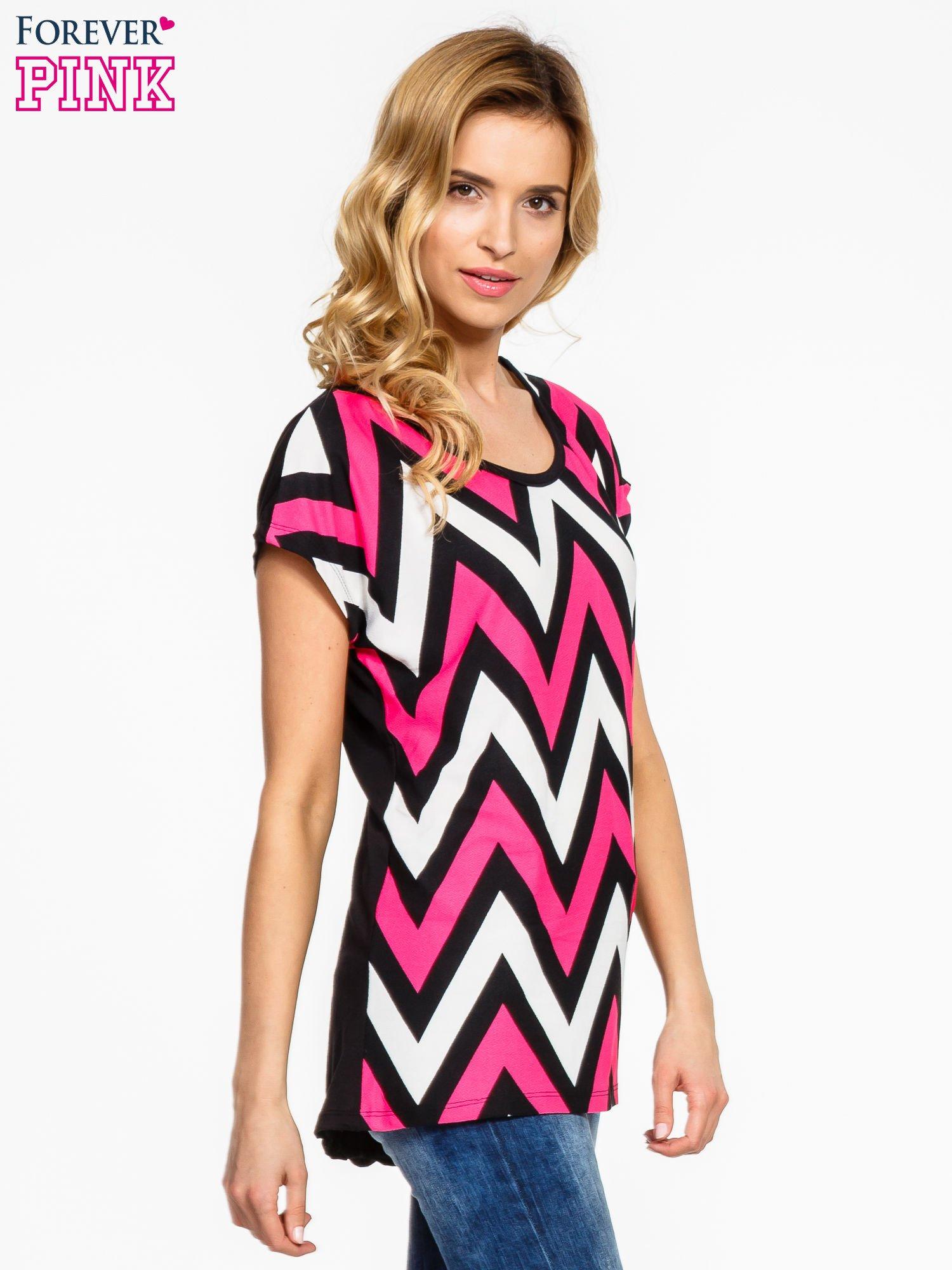 Czarno-różowy t-shirt w geometryczne wzory                                  zdj.                                  3