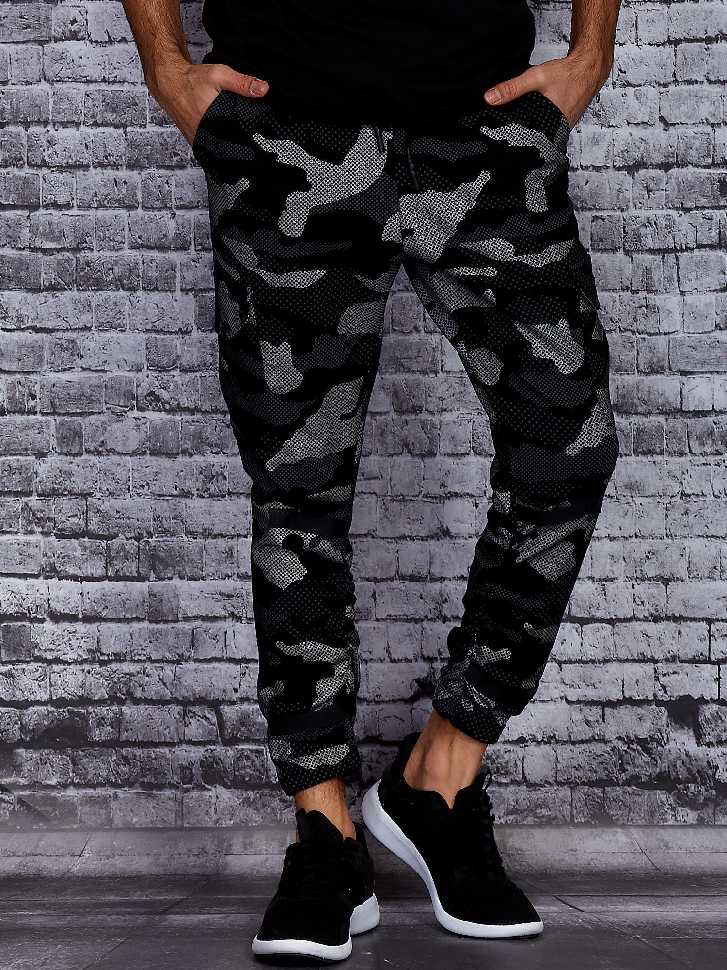 Spodnie dresowe ze wzorem moro