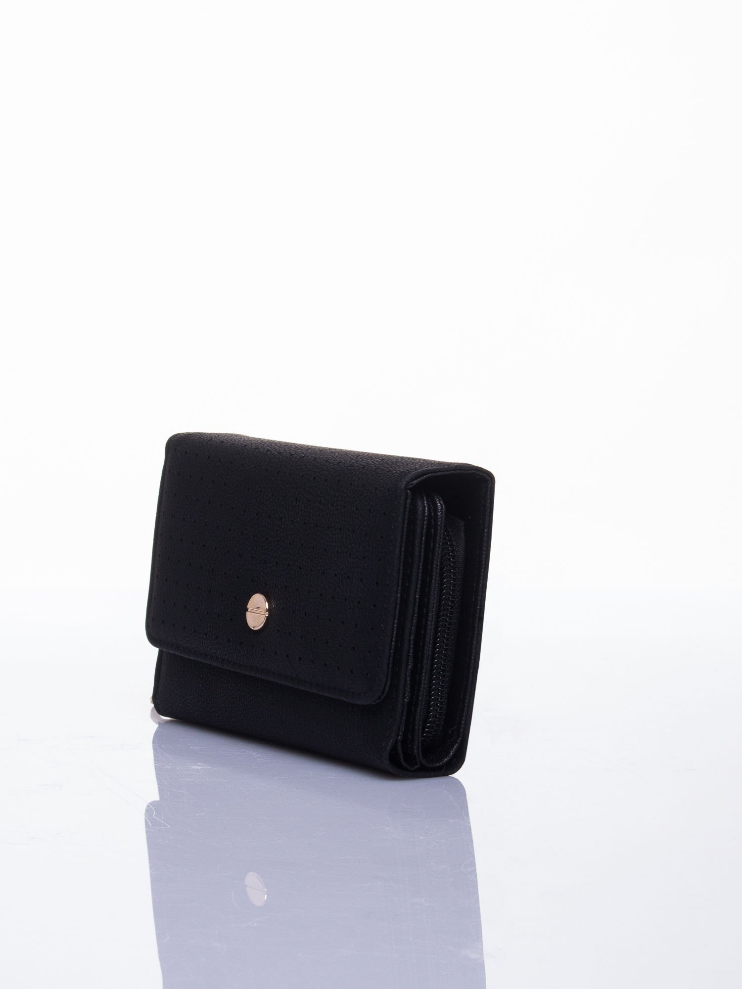 Czarny ażurowany portfel ze złotym zapięciem                                  zdj.                                  2