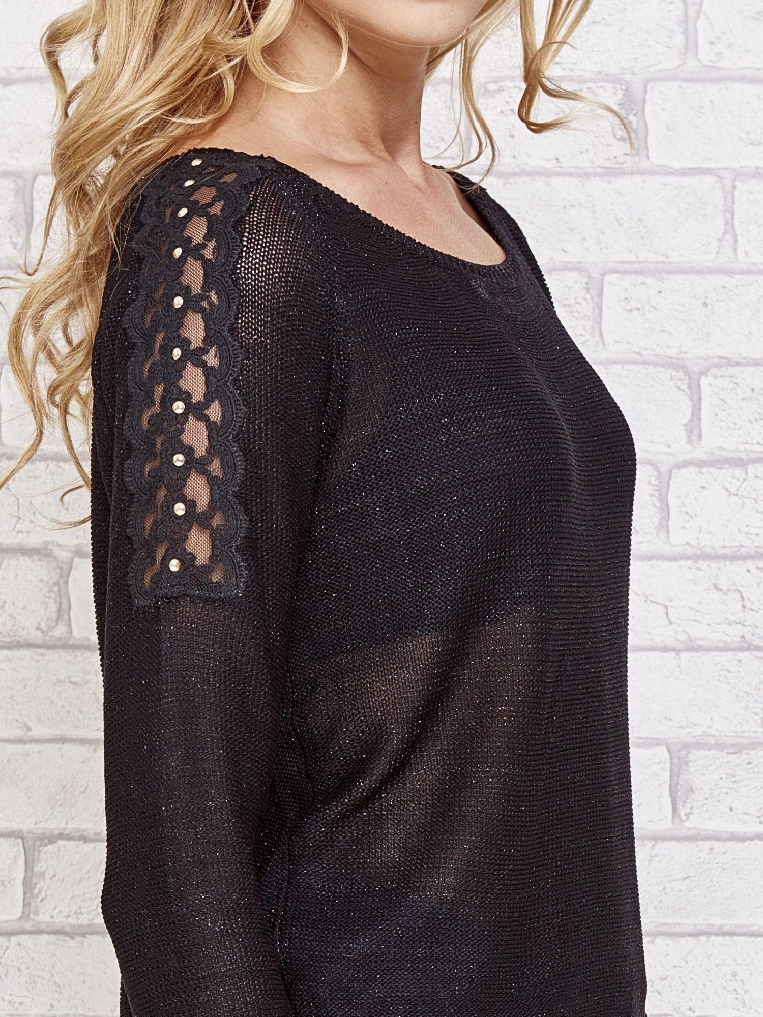 Czarny błyszczący sweter z koronkowymi wstawkami                                  zdj.                                  5