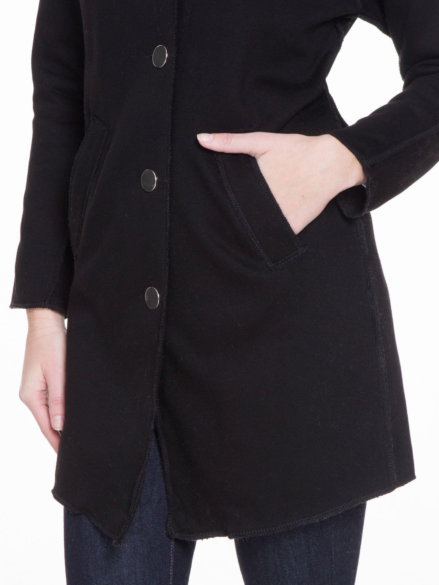 Czarny dresowy płaszcz o kroju oversize                                  zdj.                                  6