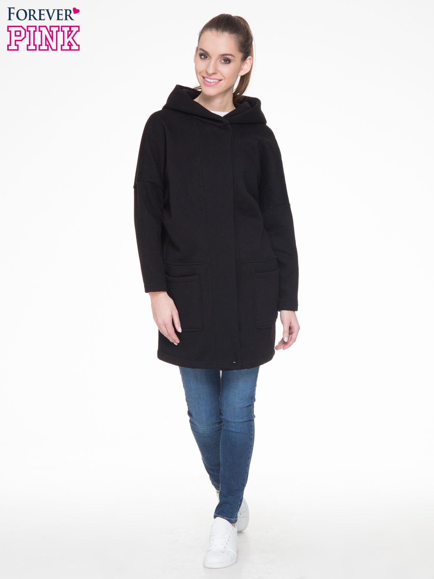 Czarny dresowy płaszcz z kapturem i kieszeniami                                  zdj.                                  2