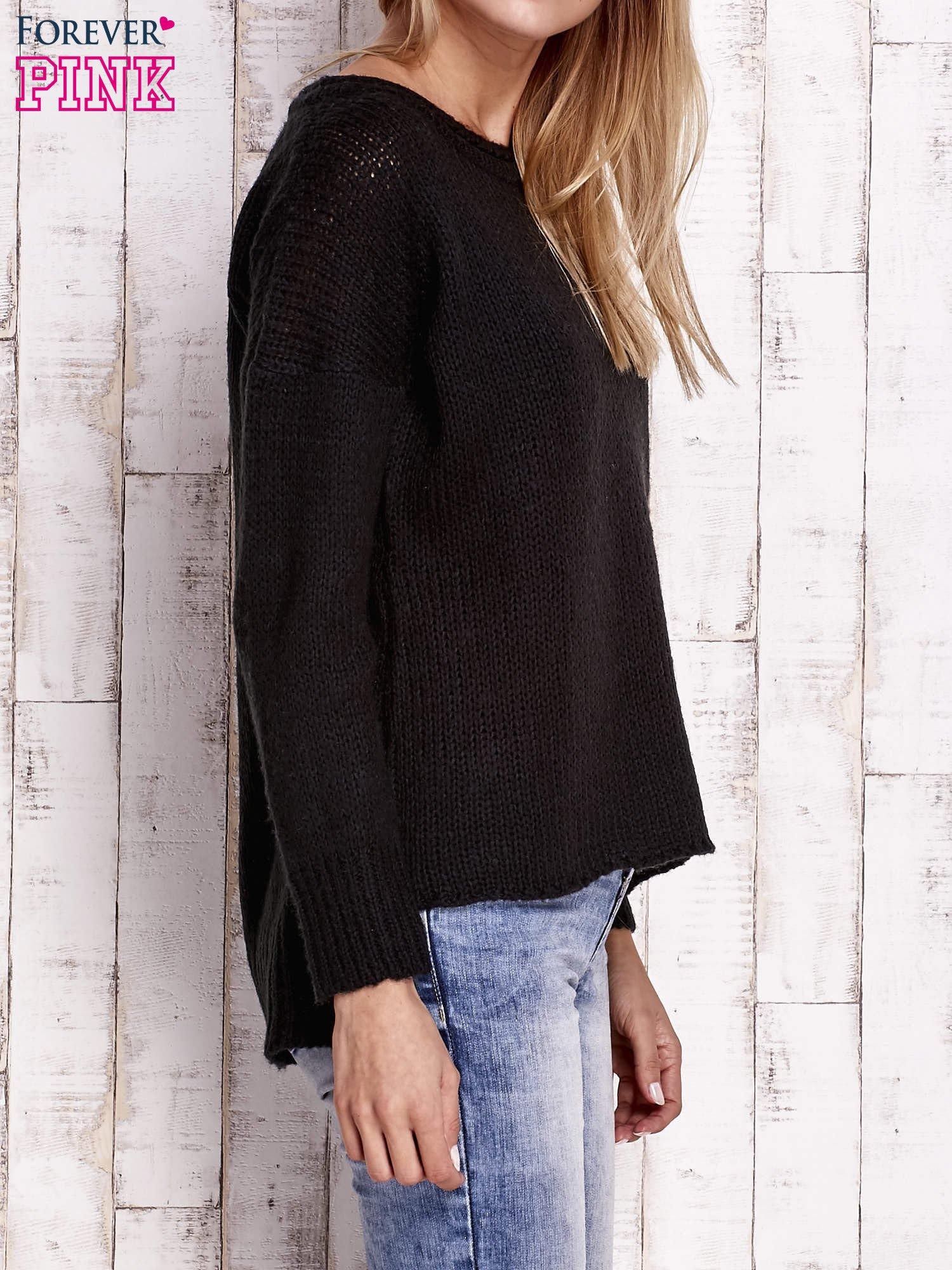 Czarny dzianinowy sweter z dłuższym tyłem                                  zdj.                                  3