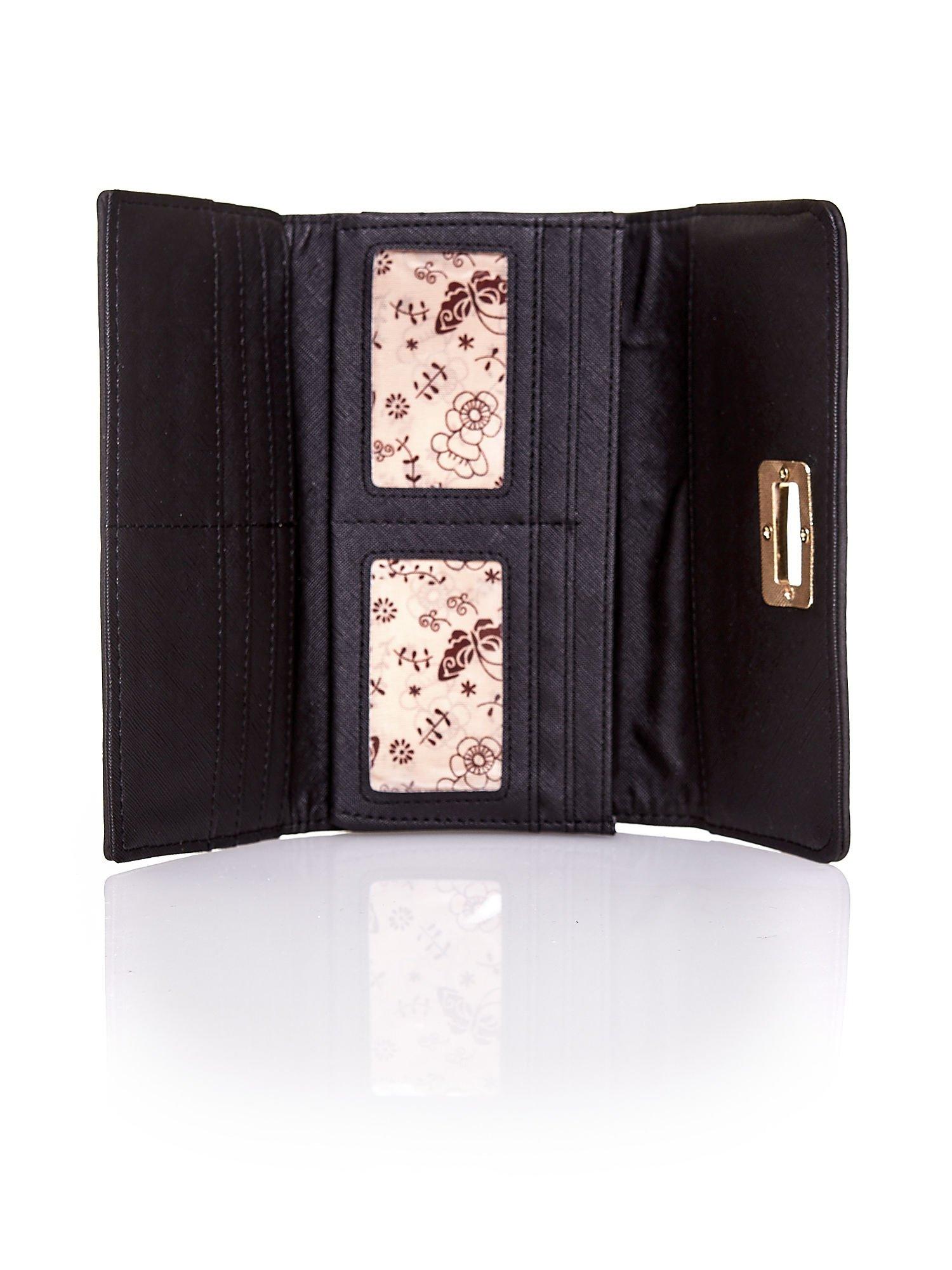 Czarny fakturowany portfel ze stylizowanym zapięciem                                   zdj.                                  4