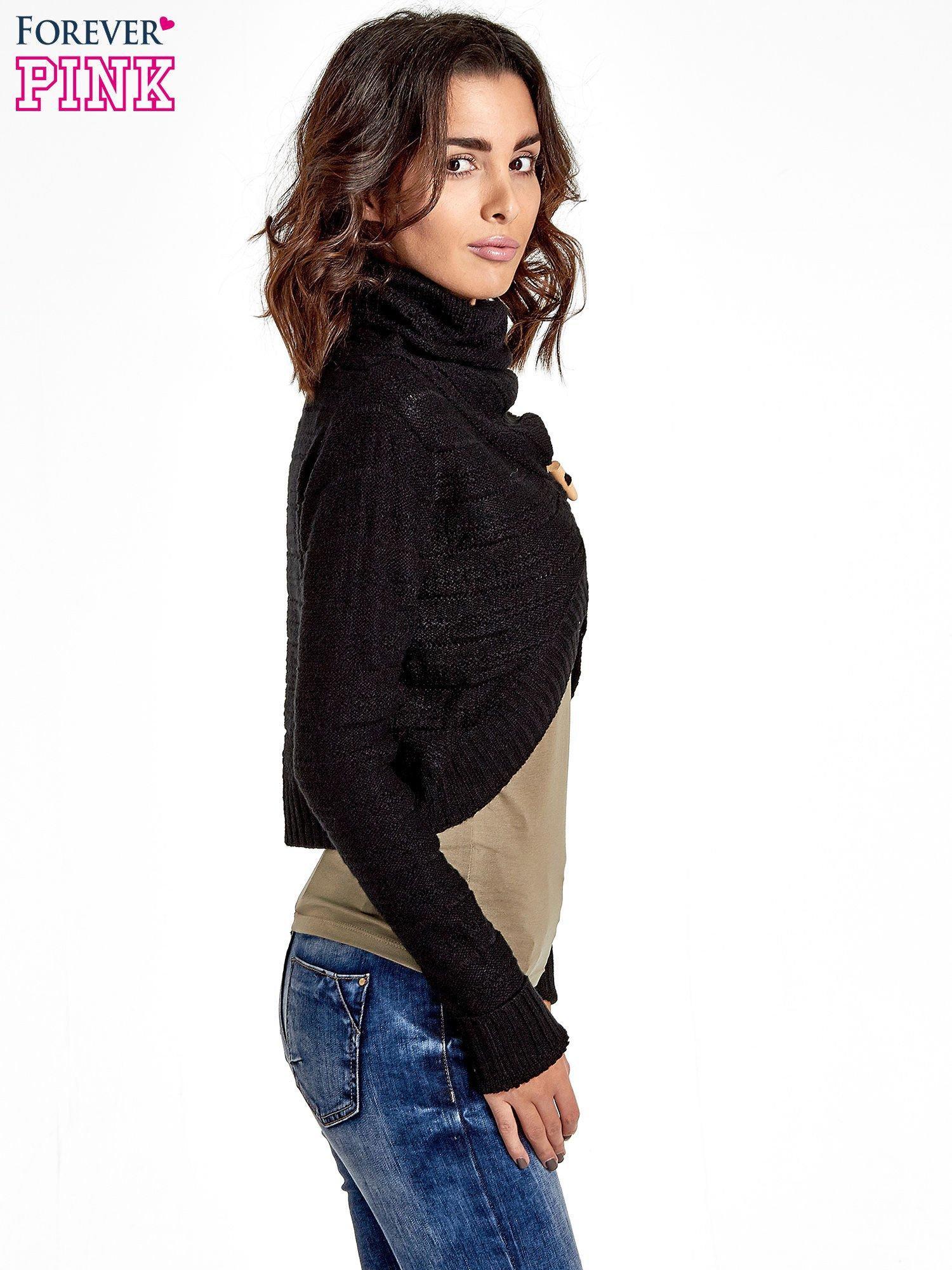 Czarny krótki sweter narzutka z kołnierzem                                  zdj.                                  3