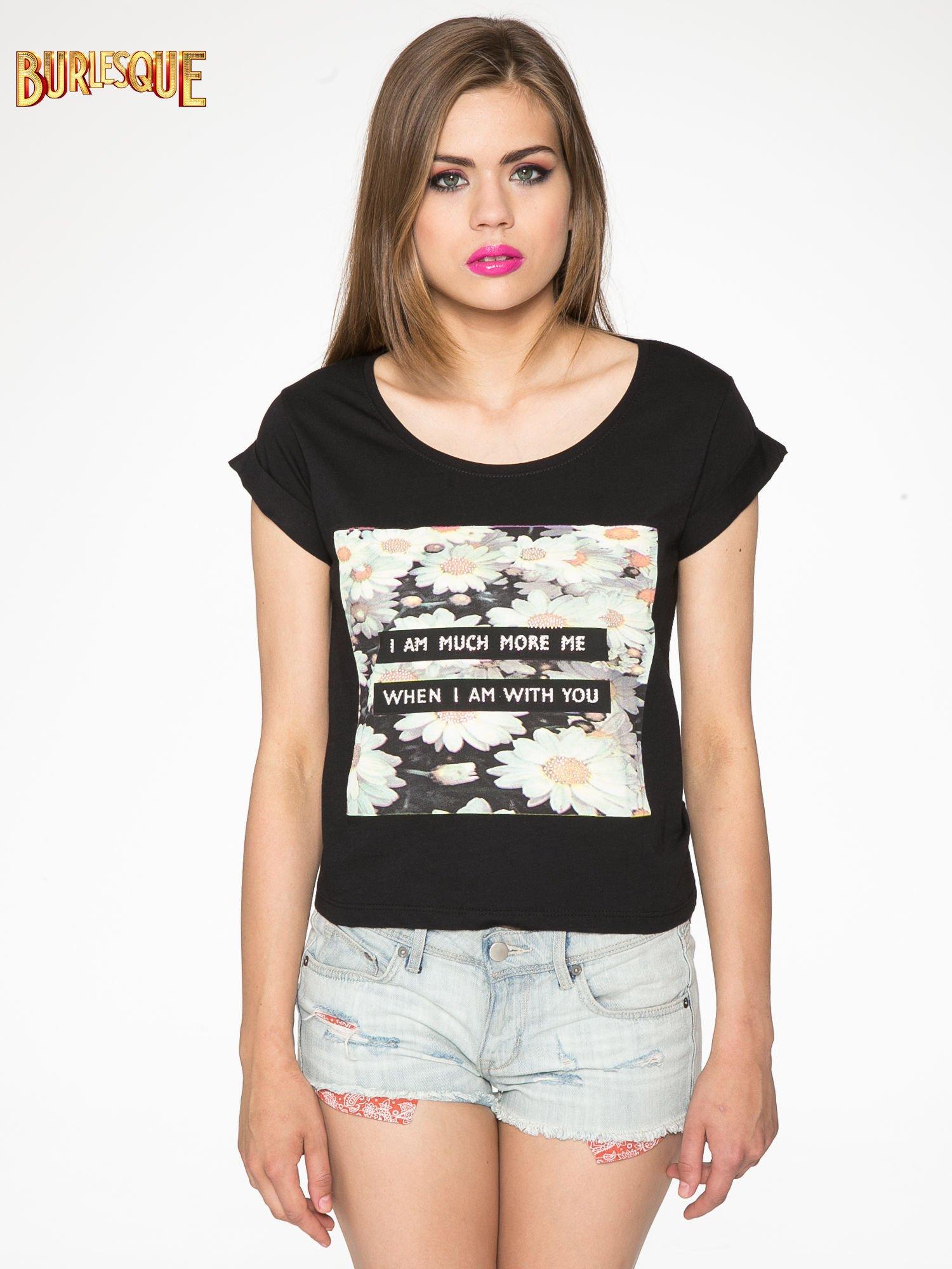 Czarny krótki t-shirt z nadrukiem stokrotek i napisem                                  zdj.                                  12