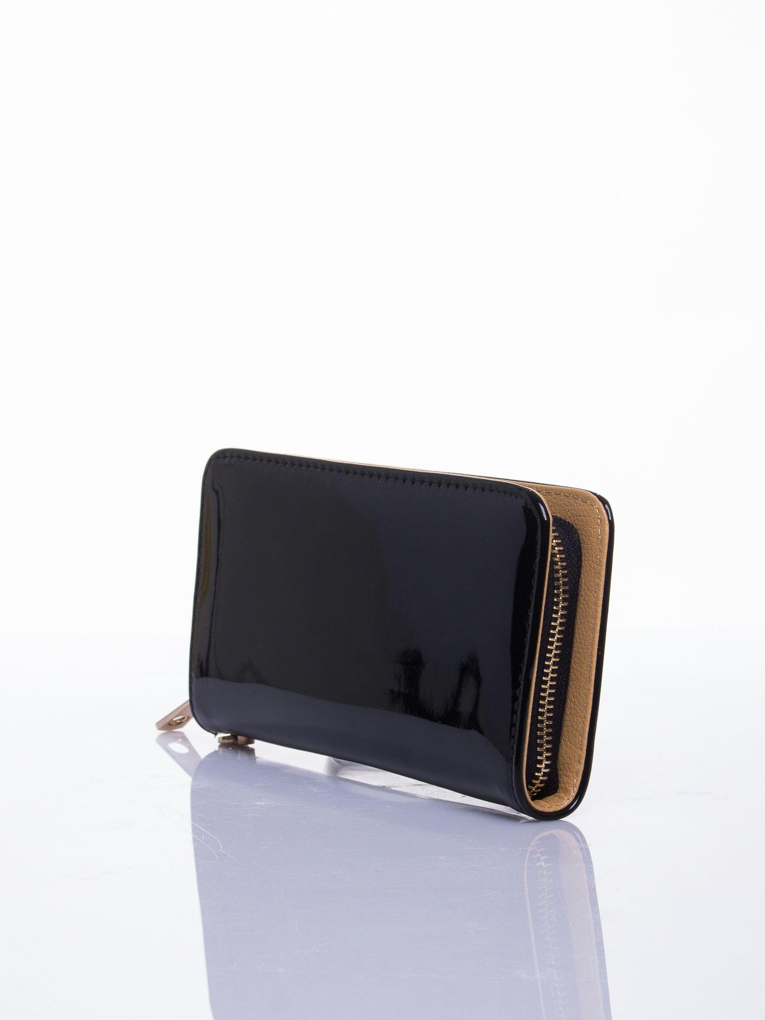 Czarny lakierowany portfel z odpinanym złotym łańcuszkiem                                  zdj.                                  2