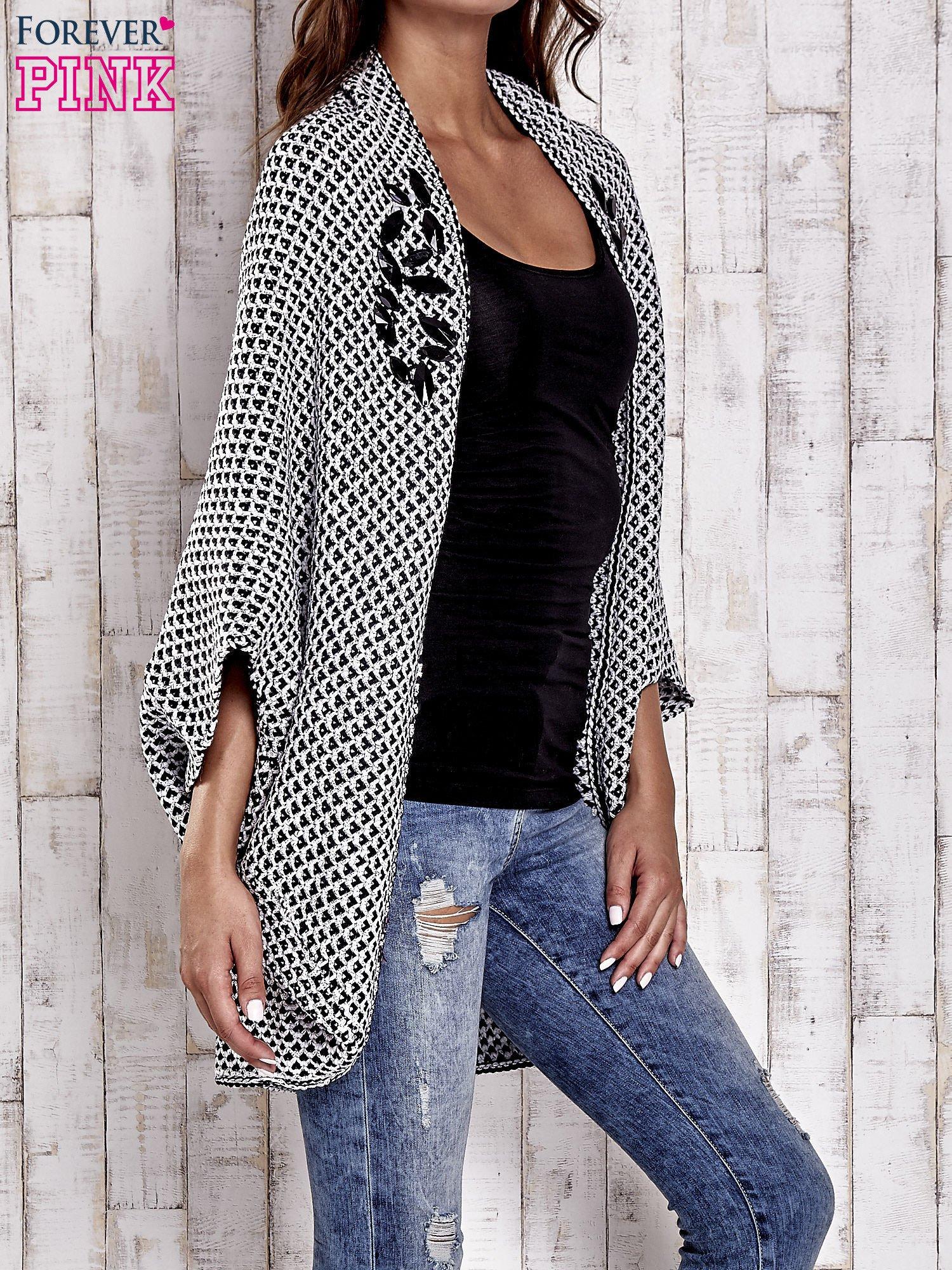 Czarny melanżowy sweter z biżuteryjną aplikacją                                  zdj.                                  3