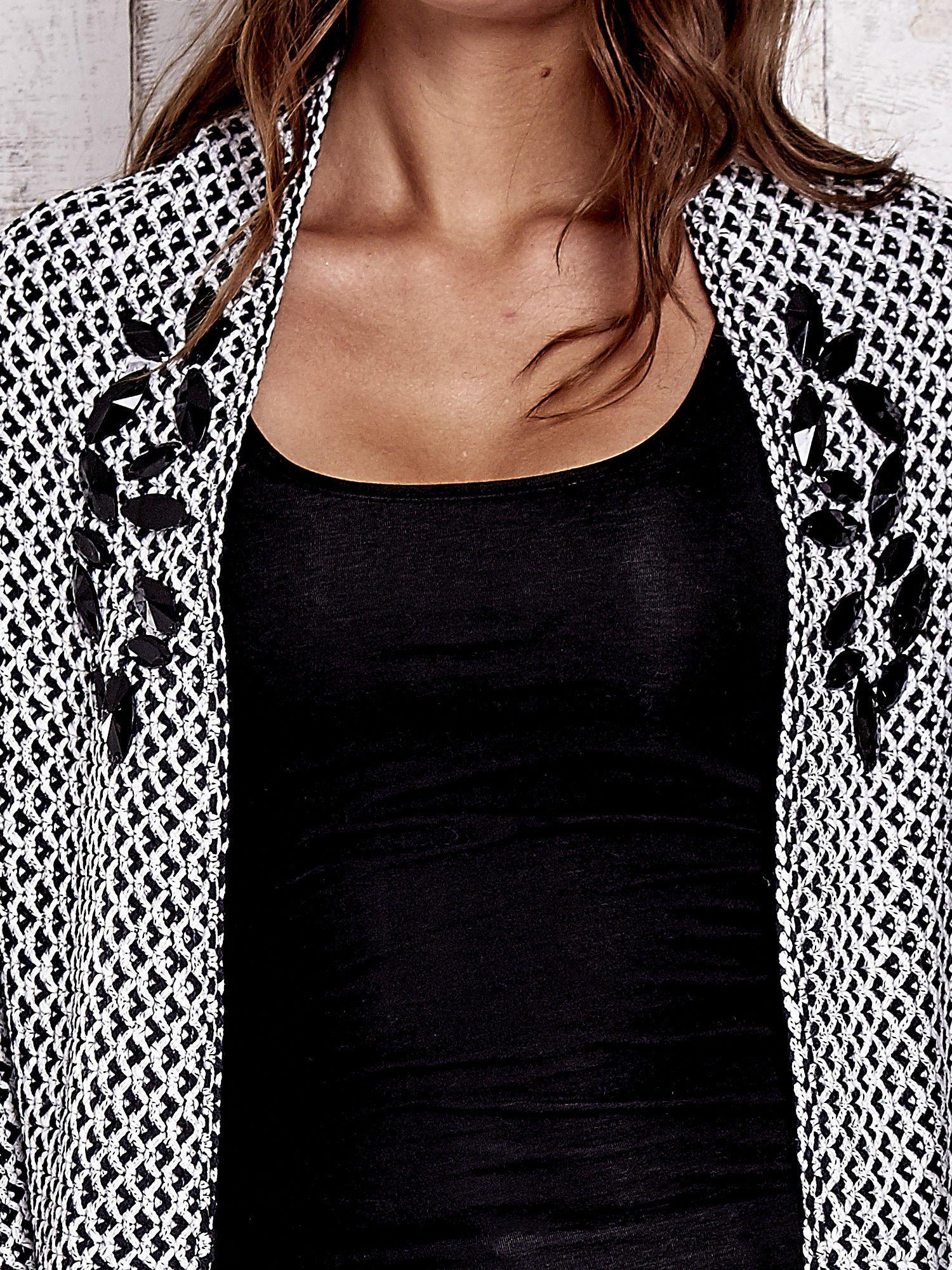 Czarny melanżowy sweter z biżuteryjną aplikacją                                  zdj.                                  6