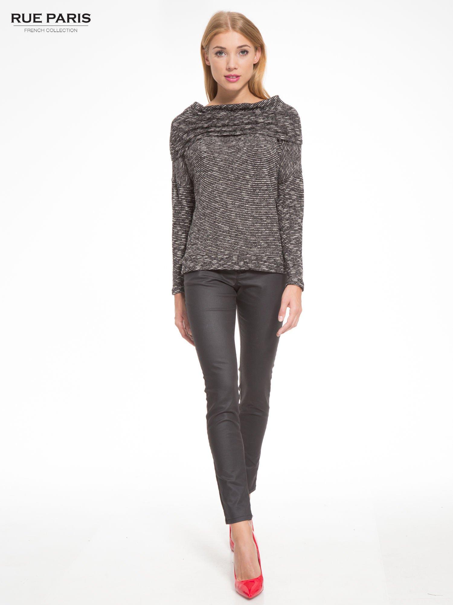 Czarny melanżowy sweter z ozdobnym kołnierzogolfem                                  zdj.                                  2